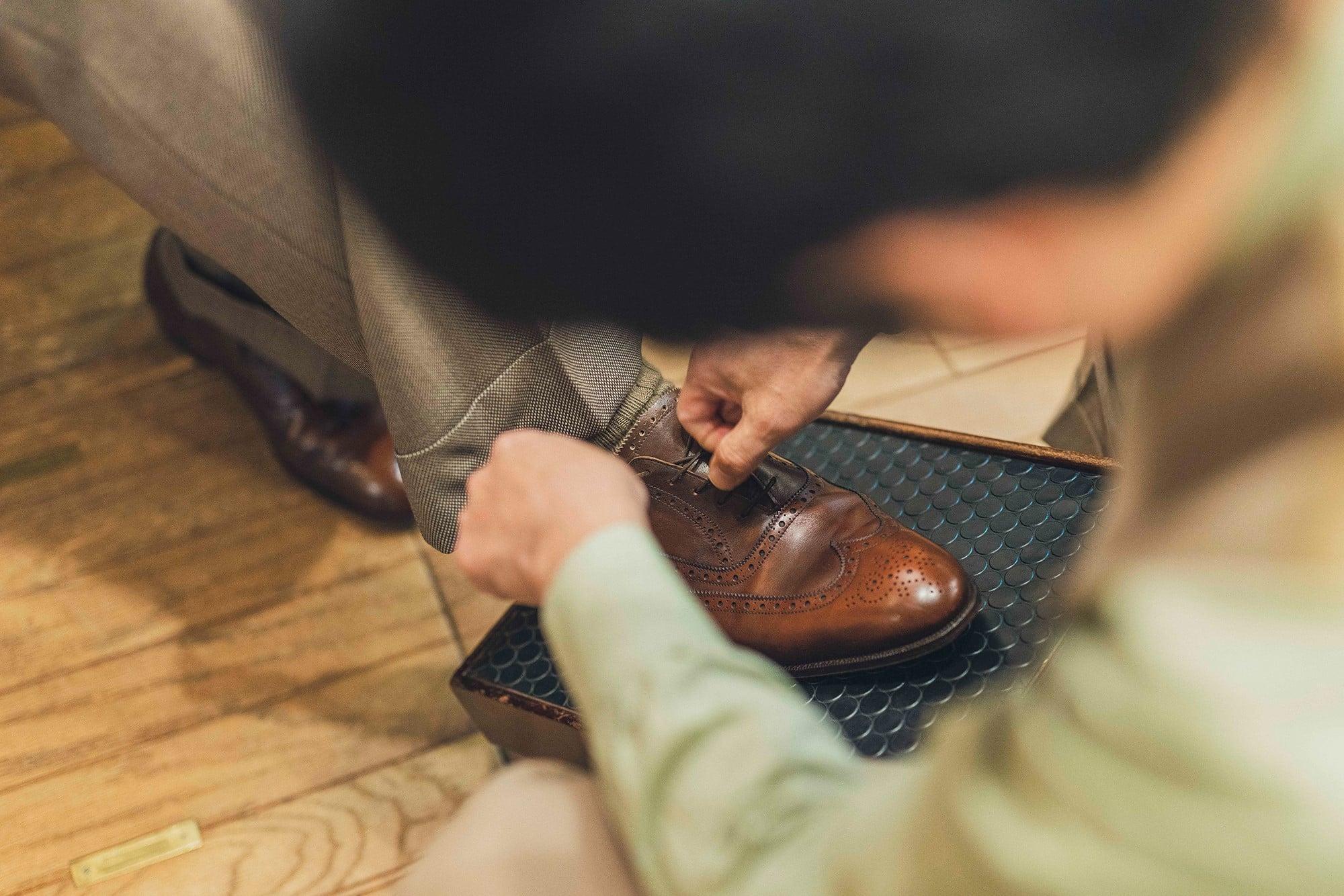 青柳さんが履いていたのは上級ラインであるマスターロイドのモデル「マルバーン」。1980年代にマスターロイドのオーダーメイドが登場したときに注文した一足だ。状態をチェックする浦上さんは、「青柳さんは足の中指が長いでしょう?」と靴の上から足の特徴を見事に言い当てた。