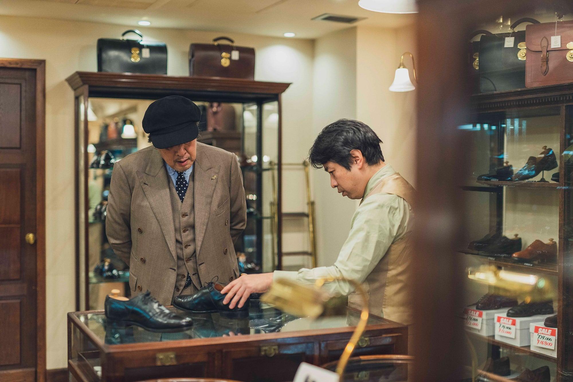 この日、青柳さんは別のモデル、キングストンも持参。浦上さんとは30数年来のつきあいとあって、靴にまつわる昔話に花が咲く。