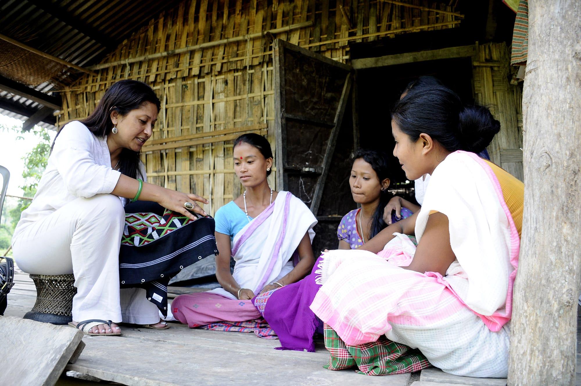 貧村の女性たちに、工芸品を作る指導をしているハシナ・カービ。貧困を軽減するための会社も起こし、約3万人の女性の雇用を生み出している。