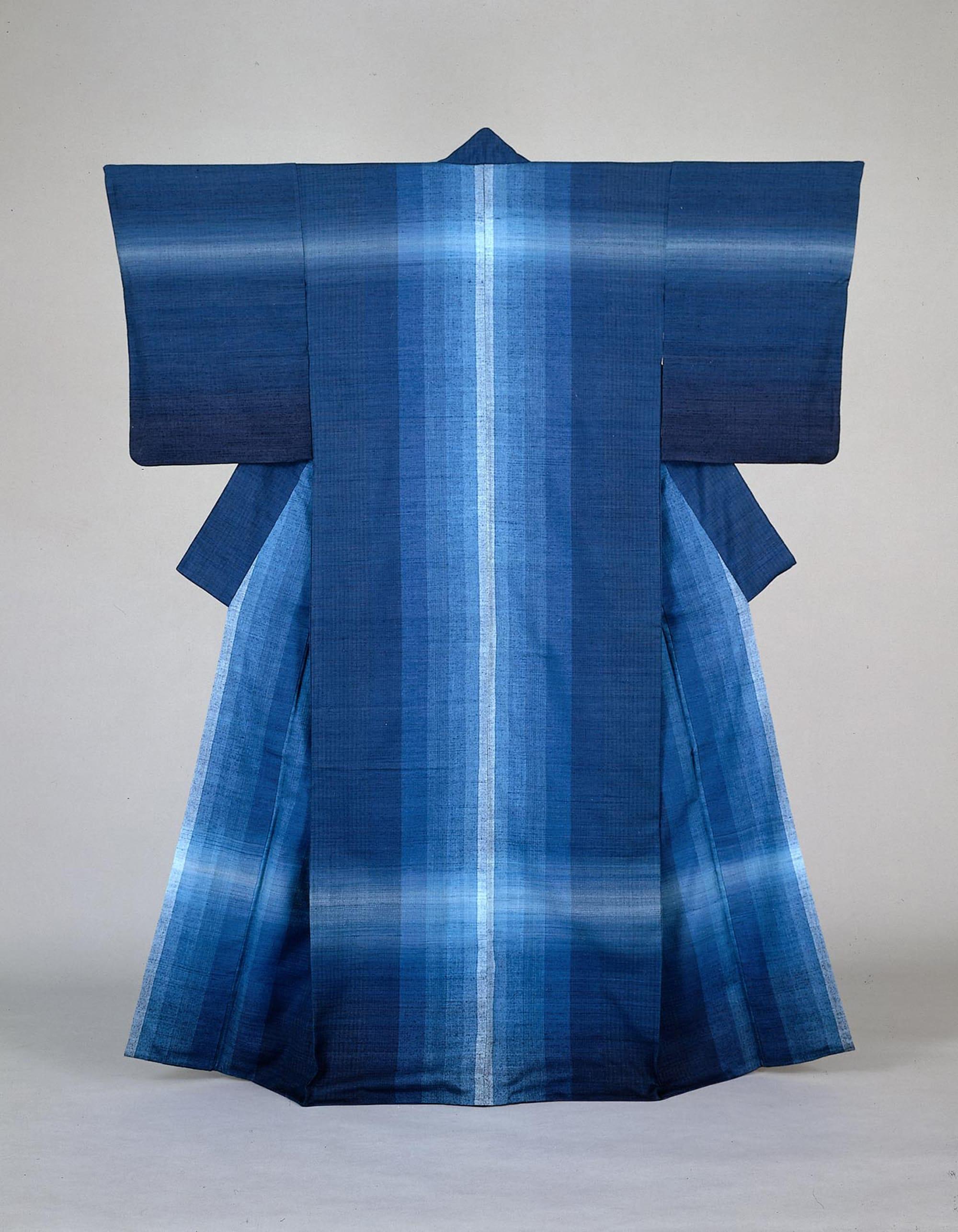 志村ふくみ《紬織着物 水瑠璃》1976年 自然が織りなす藍の青の深さと広がりにはどこか懐かしさを覚える。