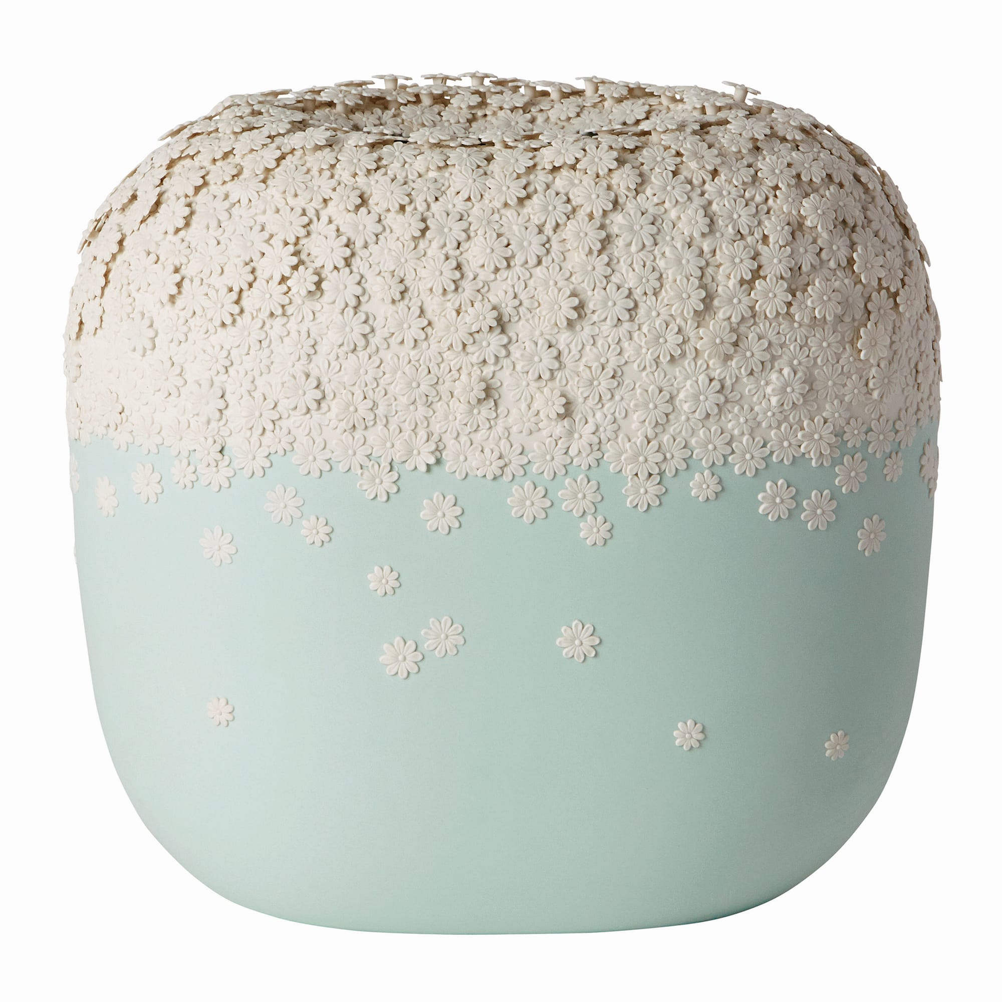 重なり合うようにあしらわれたデイジーが陰影を生む「Kasumi (花霞) Vase」。