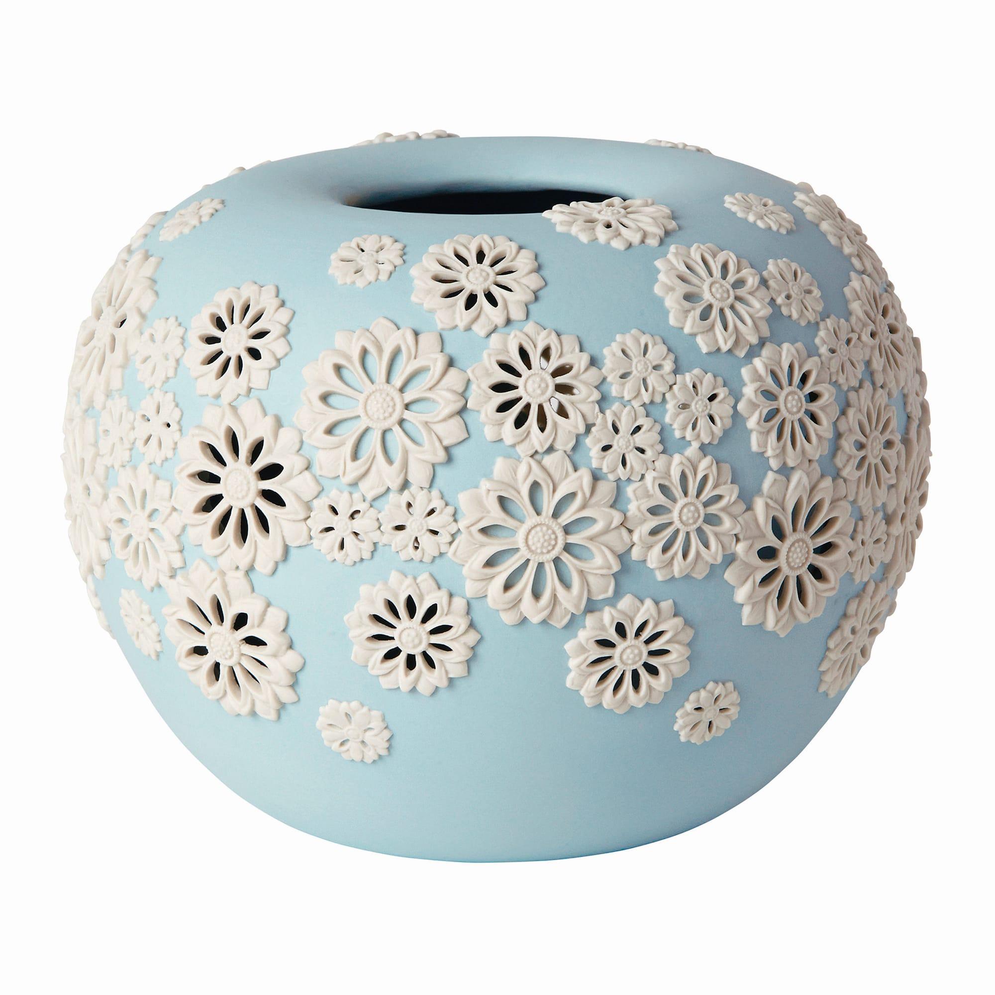 「Touka (透花) Vase」は、ぼんぼりのような丸いベースに透かし彫りの菊が舞う。