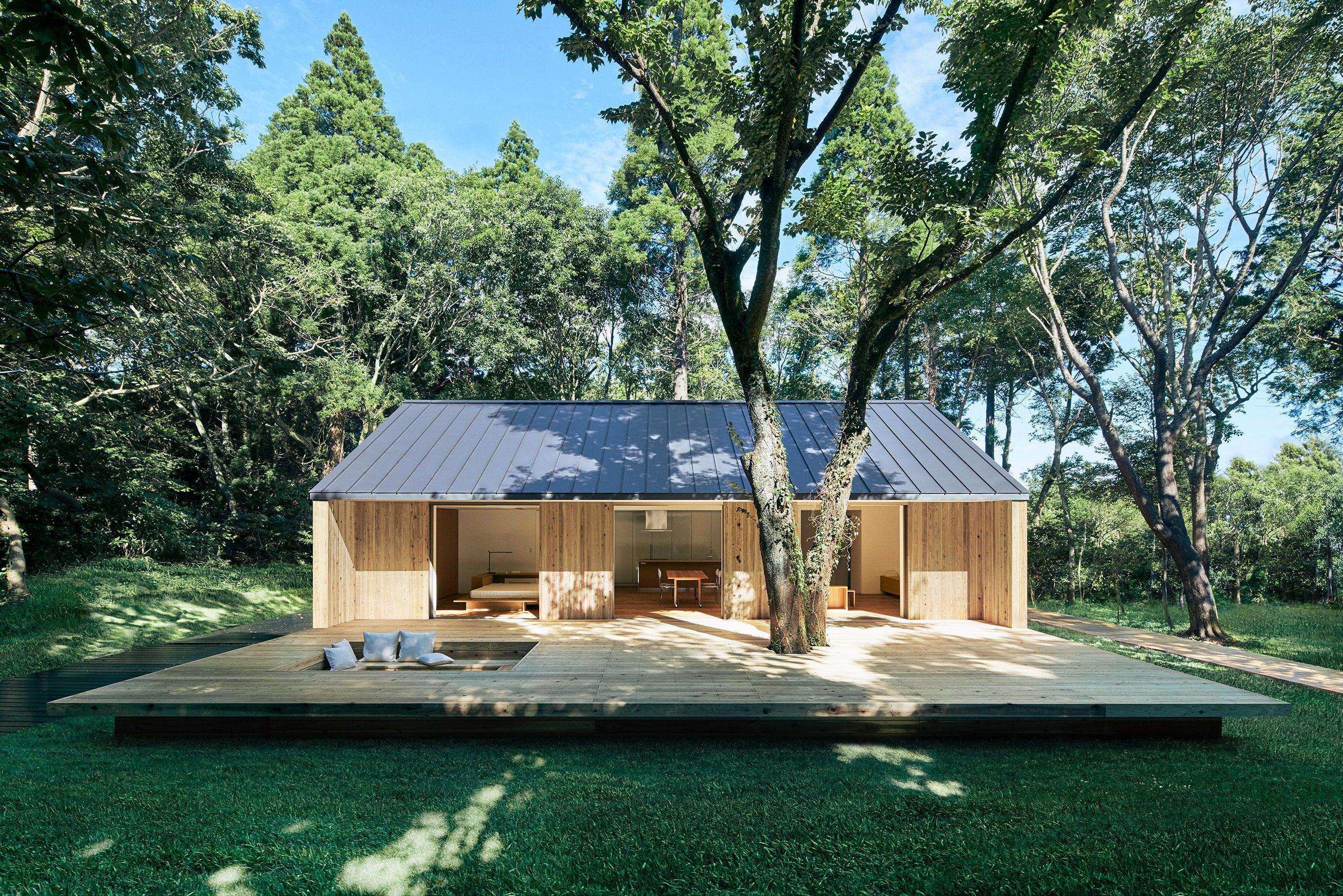 MUJI HOUSE初の平屋建て「陽の家」は、外壁に国産杉材の木製サイディングを標準設定。自然に溶け込むデザインとなっている。
