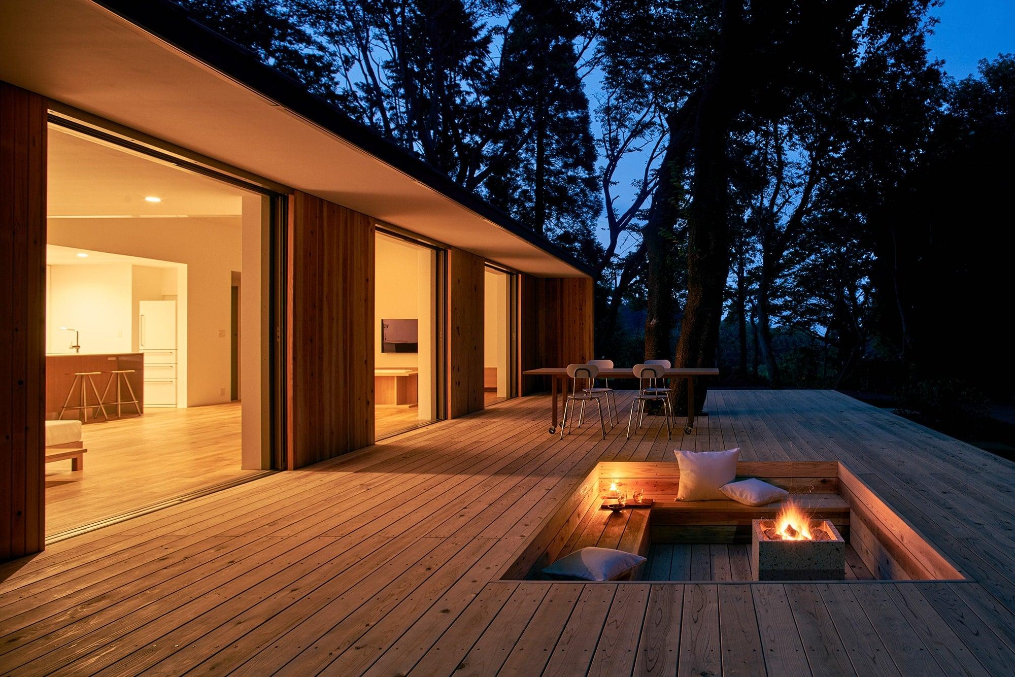 堀りスペースやバーベキューグリルの設置など、設計自由度の高いウッドデッキ。