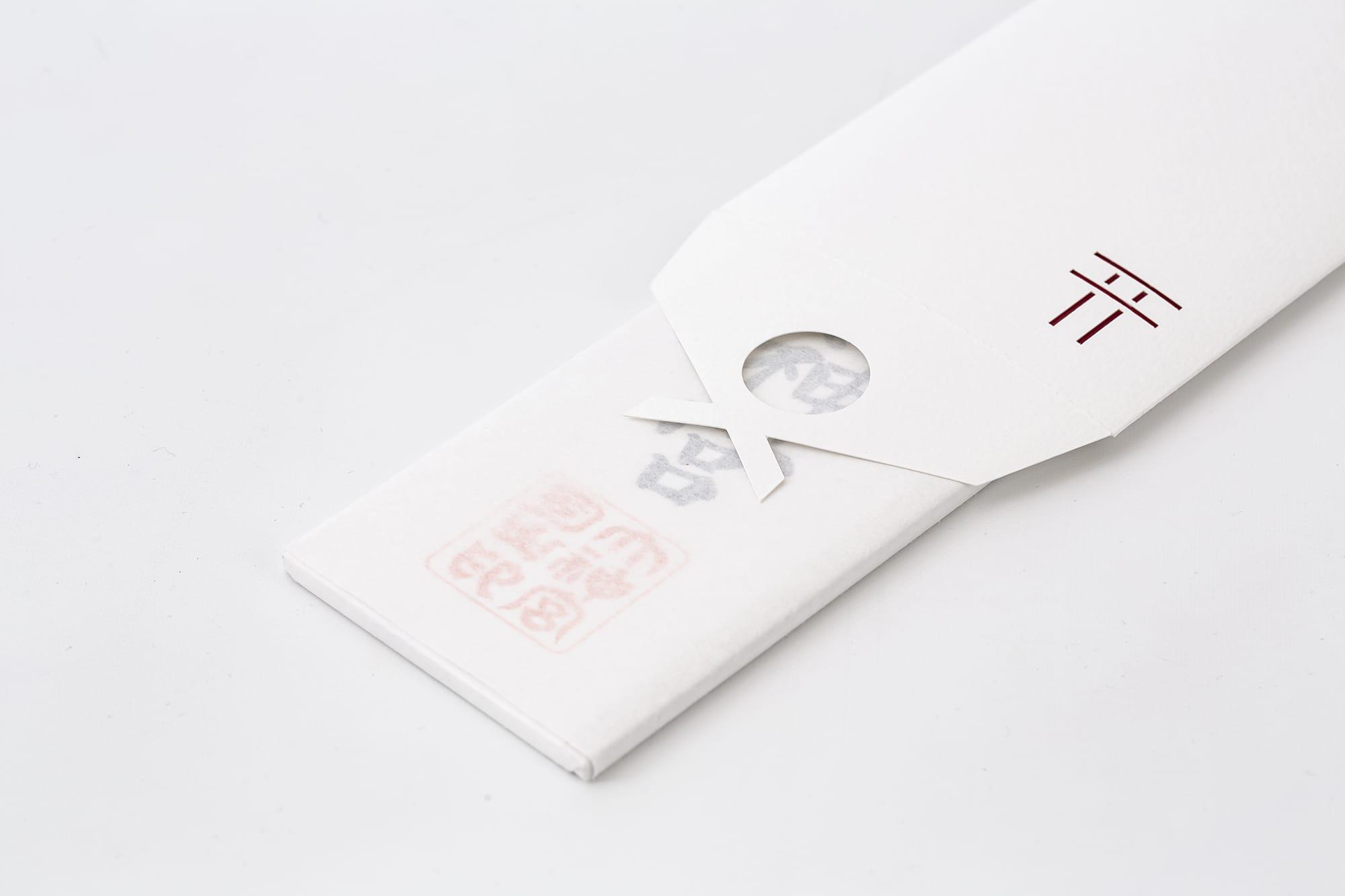 「貼る神棚」は厚さ5㎜程度のお札まで封入でき、付属のシールで留める仕組み。
