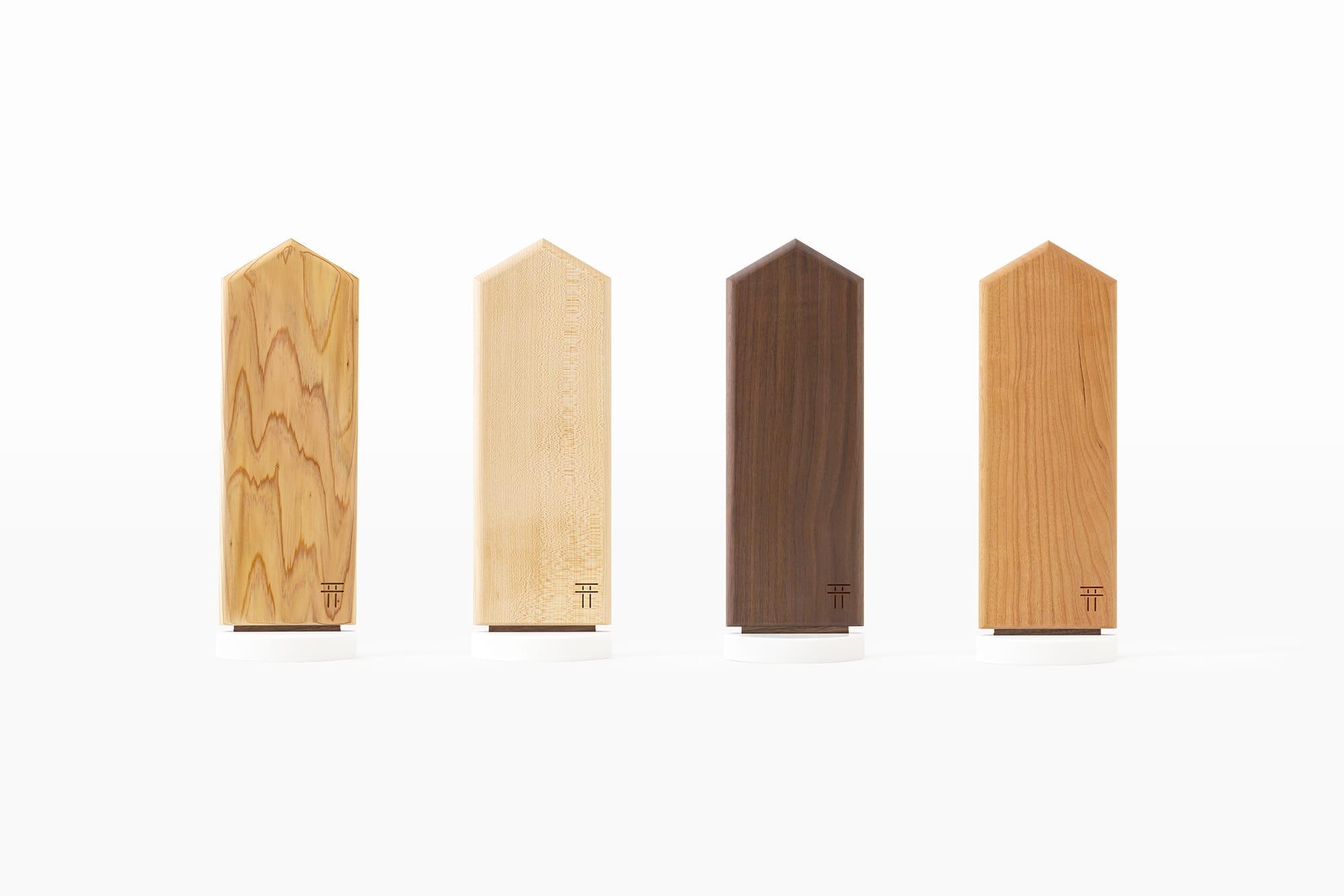 4種類の天然木から選べる「置ける神棚」。左から神宮杉、メープル、ウォールナット、チェリー。