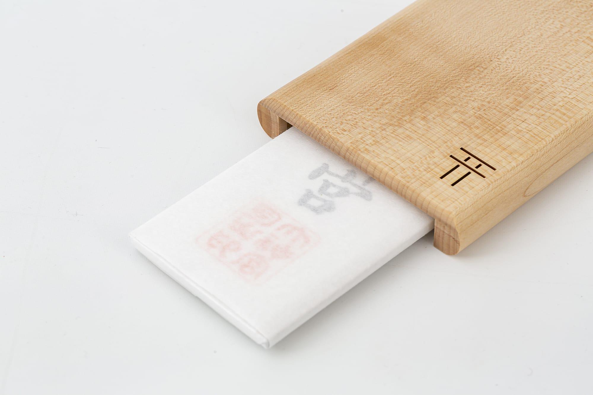 薄いものから厚みのあるものまで収納でき、お札をしっかり守る。