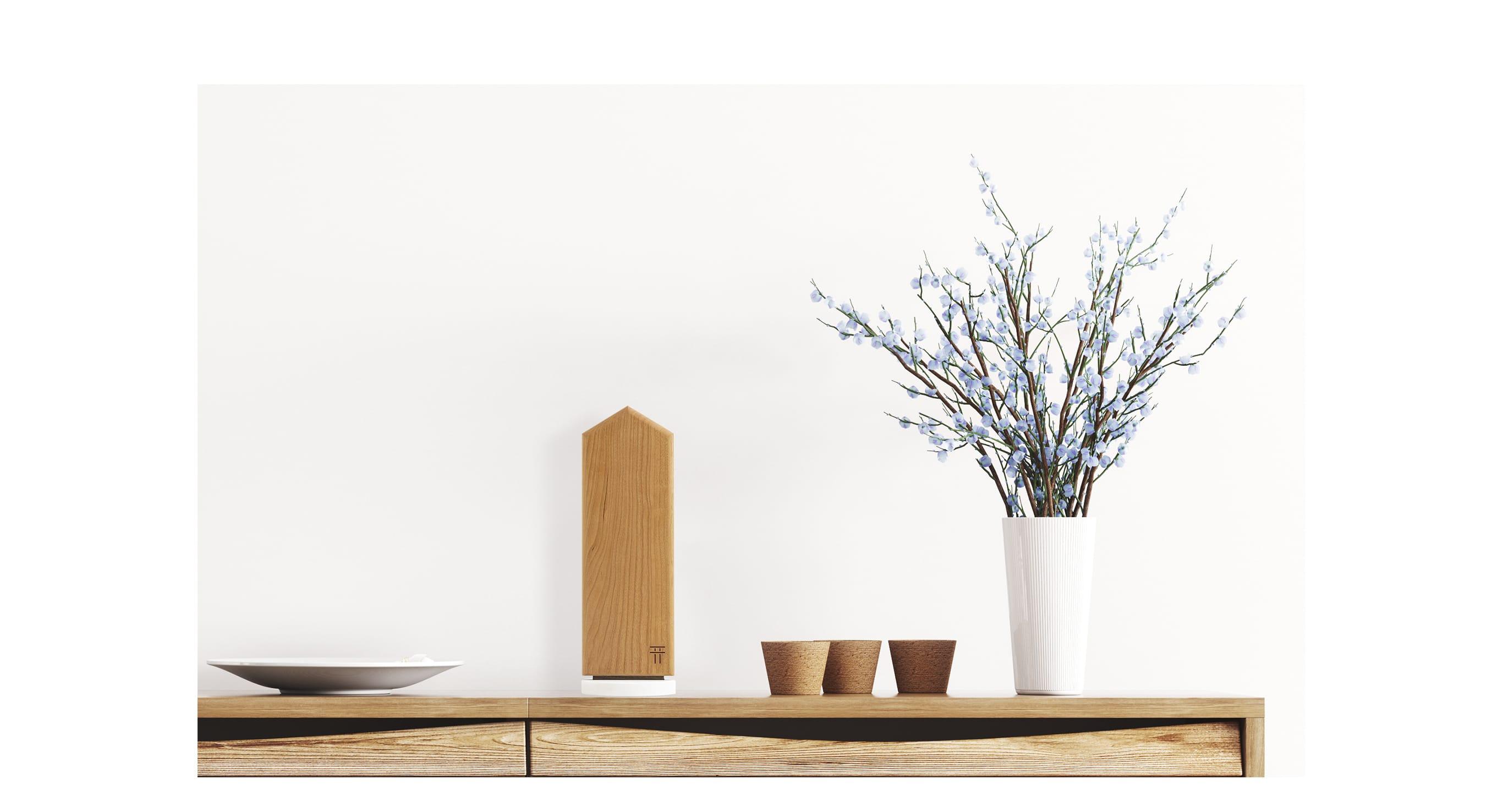 様々な色や材質の紙を折って作られた封筒状の「貼る神棚」。壁に貼ることが可能だ。