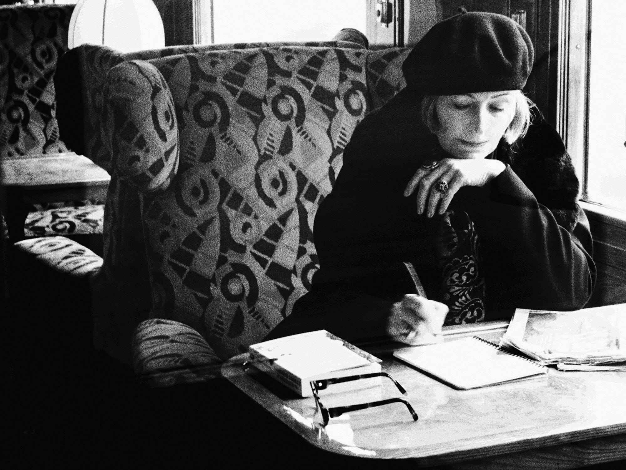 写真家サラ・ムーンがモノクロームでとらえた伝説の旅「ファッション・アイ オリエント・エクスプレス」。