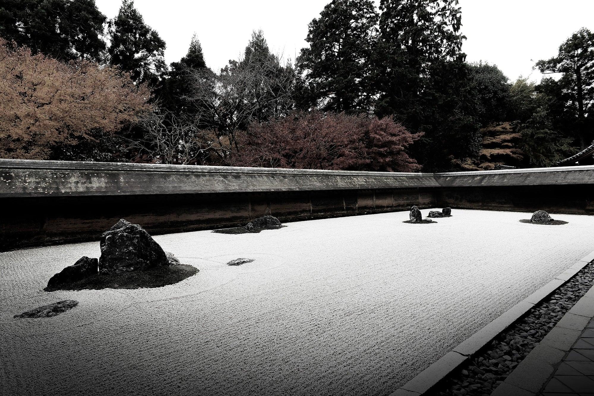 前田が向き合ったのは、日本人が培ってきた美意識の正体であった。龍安寺の石庭に見出したのは「余白」の美。引くことで生まれた枯山水の余白の奥に無限に広がる自然や、目に見えない「心で味わう美」であったことに気づく。日経デザイン/廣川淳哉著『MAZDA DESIGN  DESIGN BRANDING BUSINESS』日経BP社刊より。