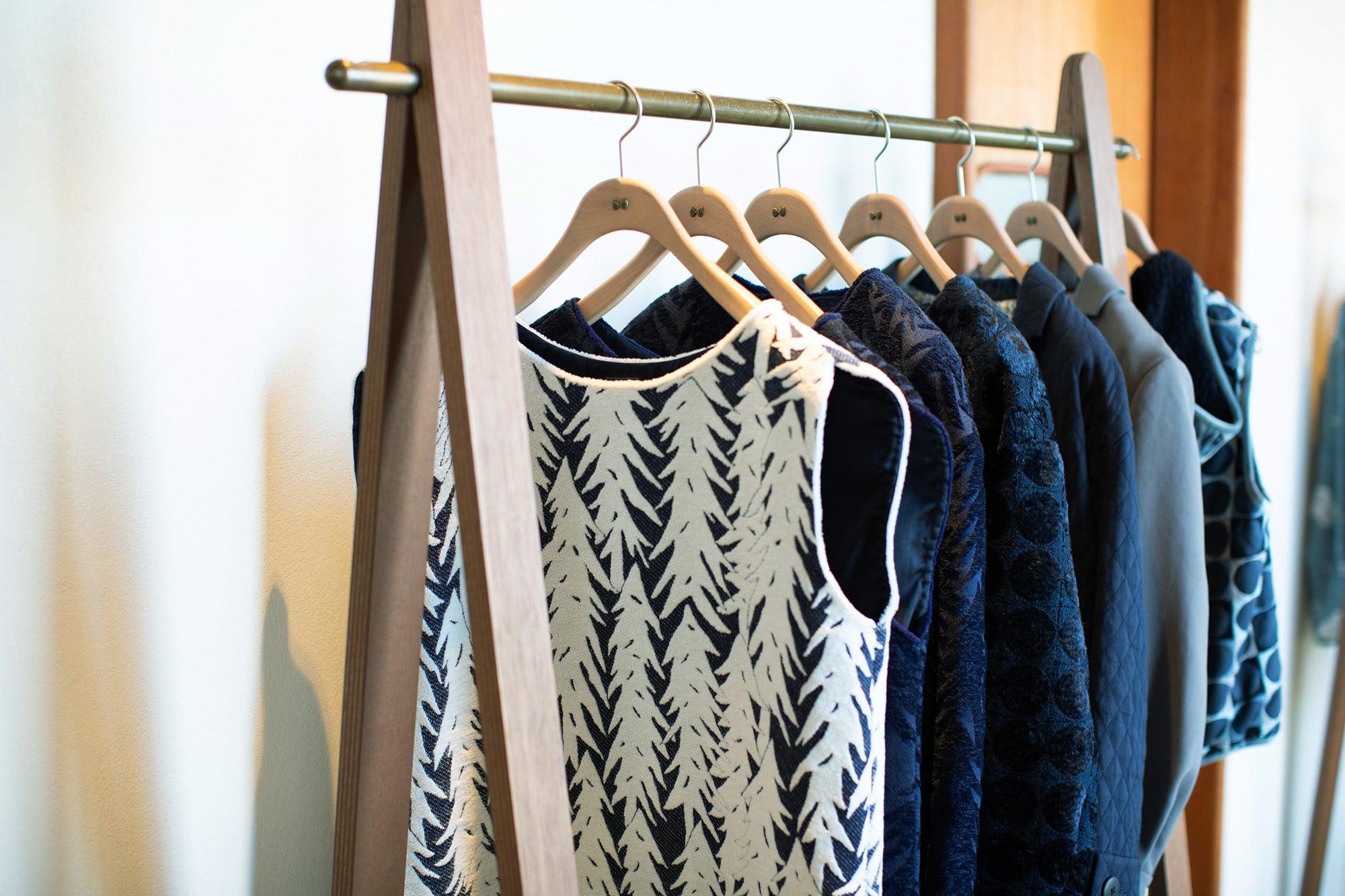 モチーフとなる自然を大胆に解釈する。刺繍をふんだんに使ったミナ ペルホネンの服の美しさ。