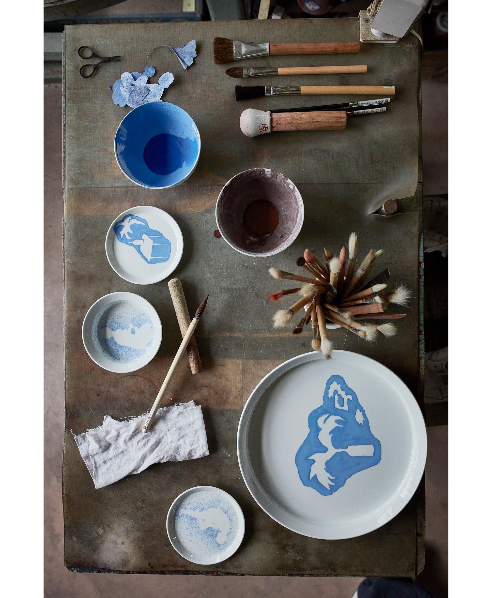 プレートの絵付けにも「オール・ザ・ウェイ・トゥ・パリス」の個性豊かな創造性が光る。