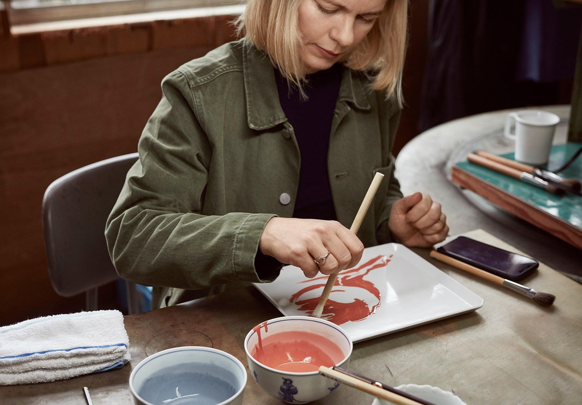 有田の工房で絵付けをするペトラ・ゲント。