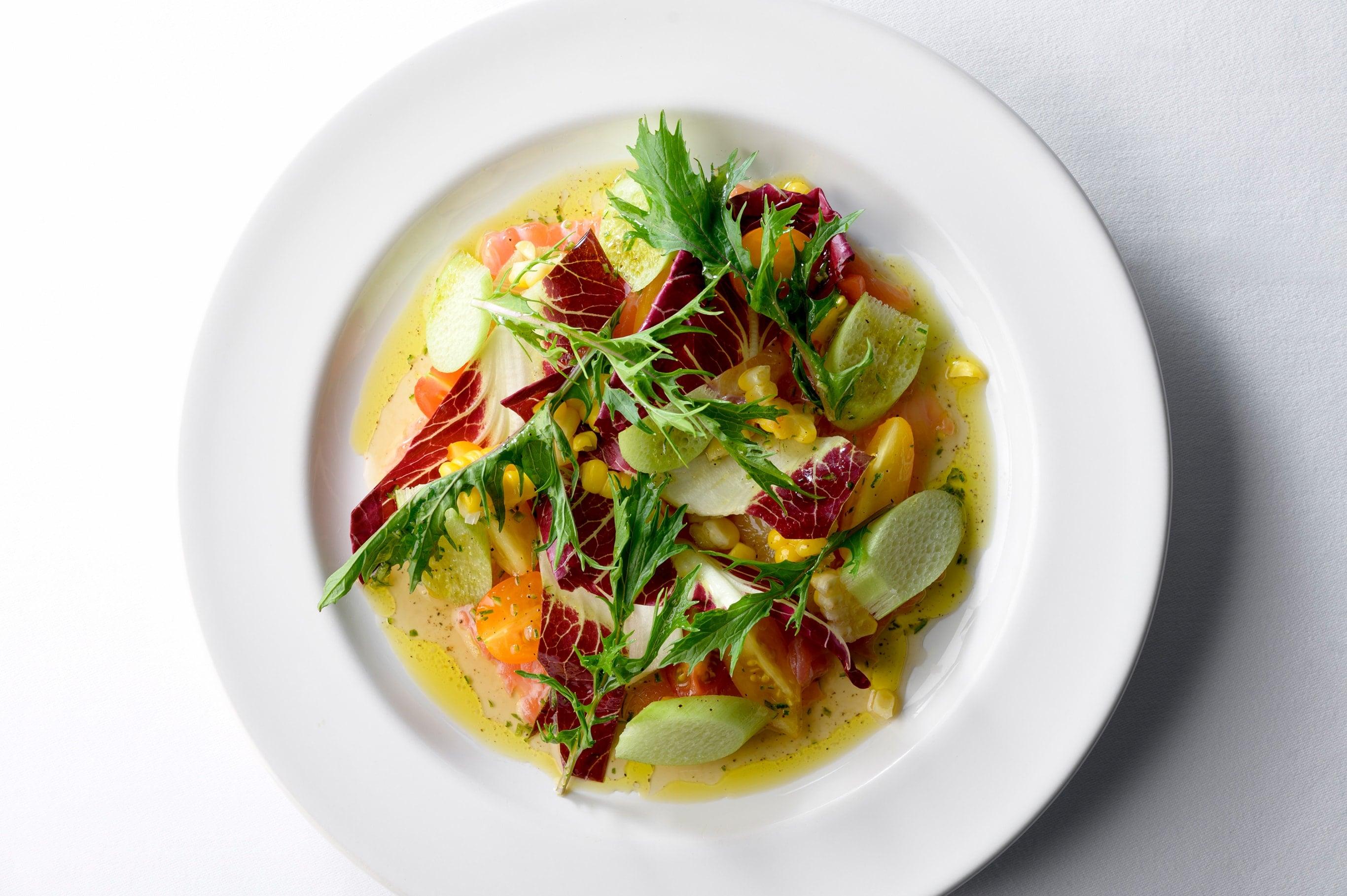 香りも旨みも濃い野菜をふんだんに使ったサーモンのサラダ。