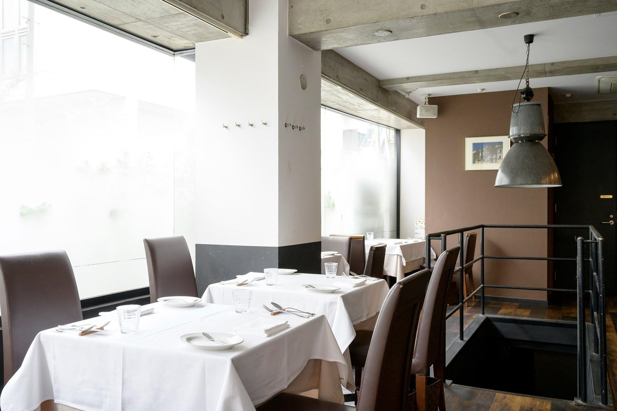 店内のインテリアはシンプル。フランス料理からイメージする敷居の高さはない。