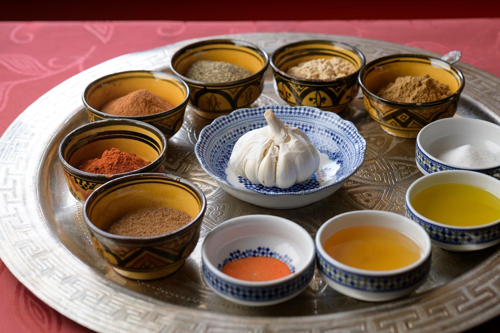 本場のモロッコ料理を再現するため、40種類以上のスパイスやハーブを駆使する。