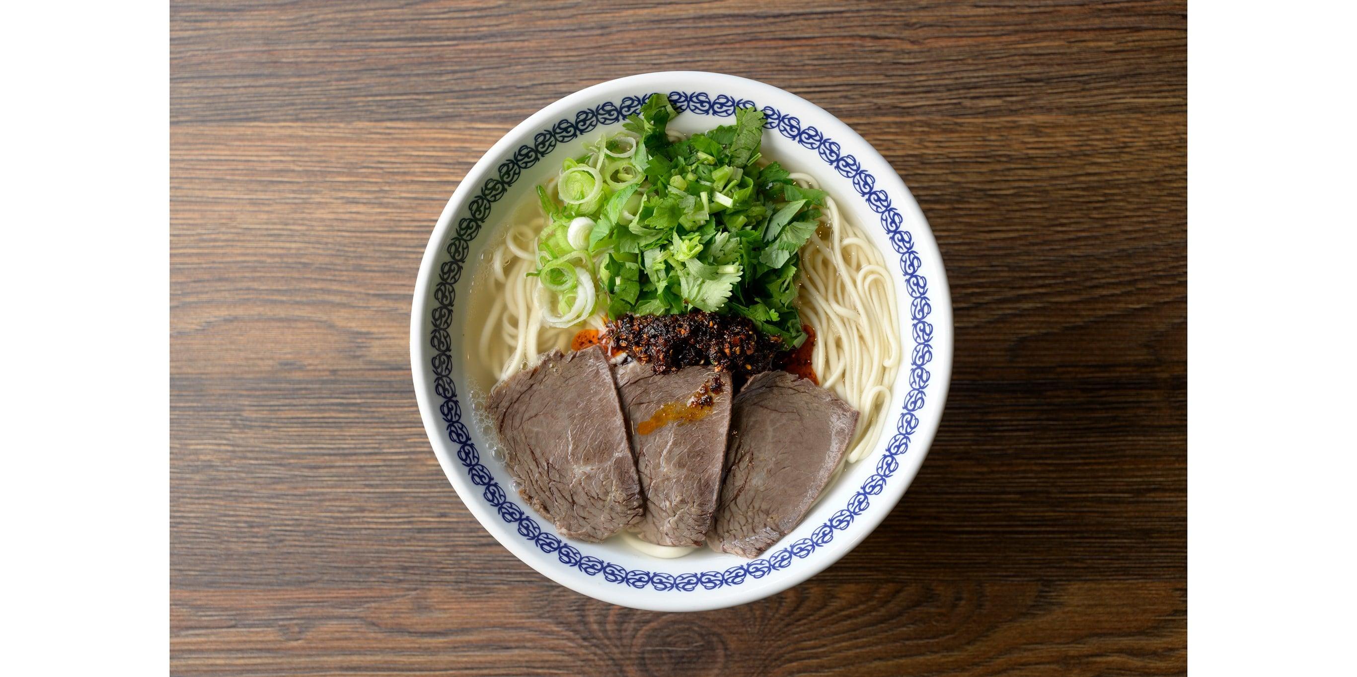 秘伝の薬膳スープと柔らかく煮込まれた牛肉が美味の蘭州牛肉面。