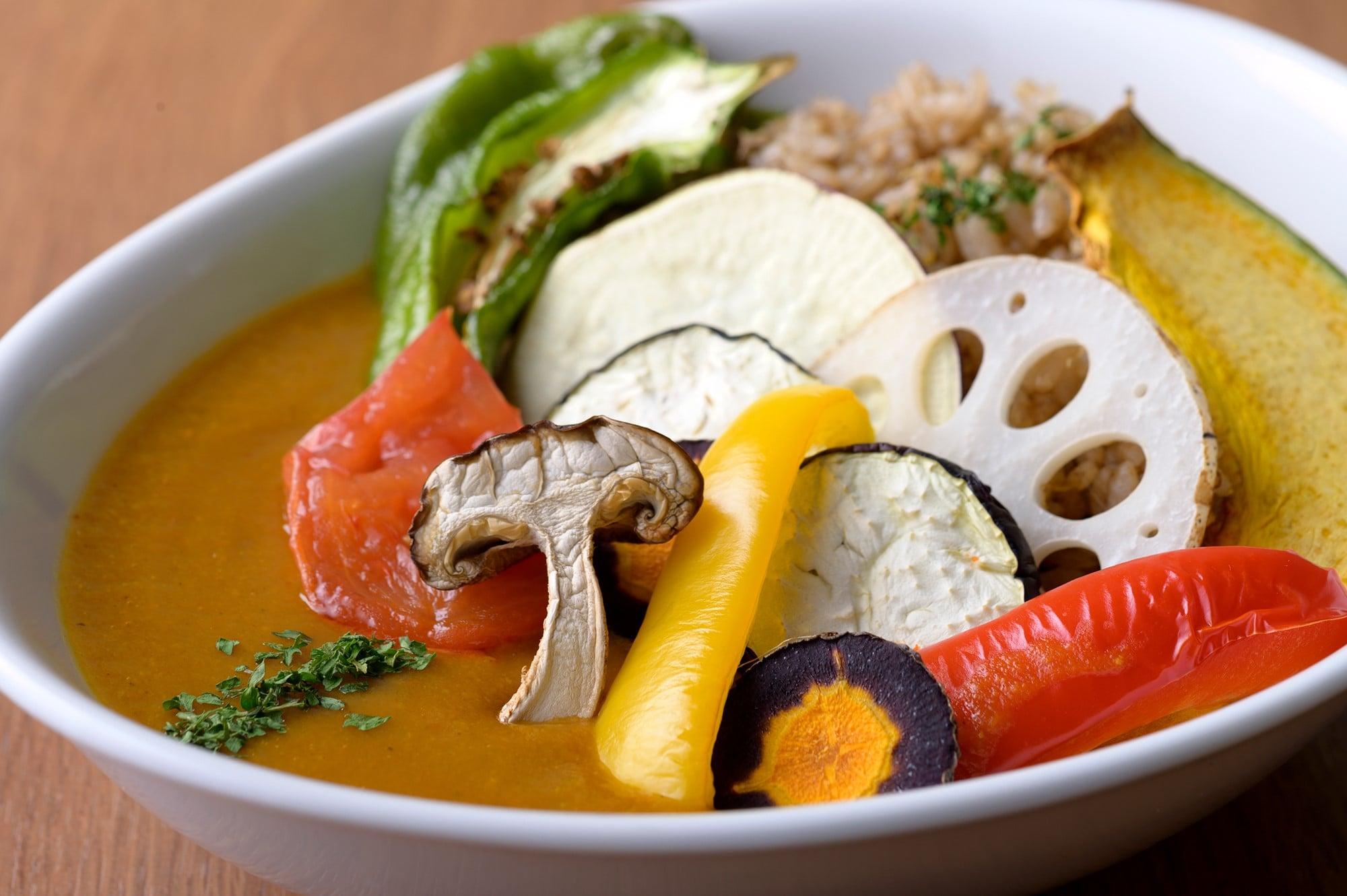 約10種類の素焼き野菜がトッピングされ、18種類の野菜がルーに溶け込んだカレー。