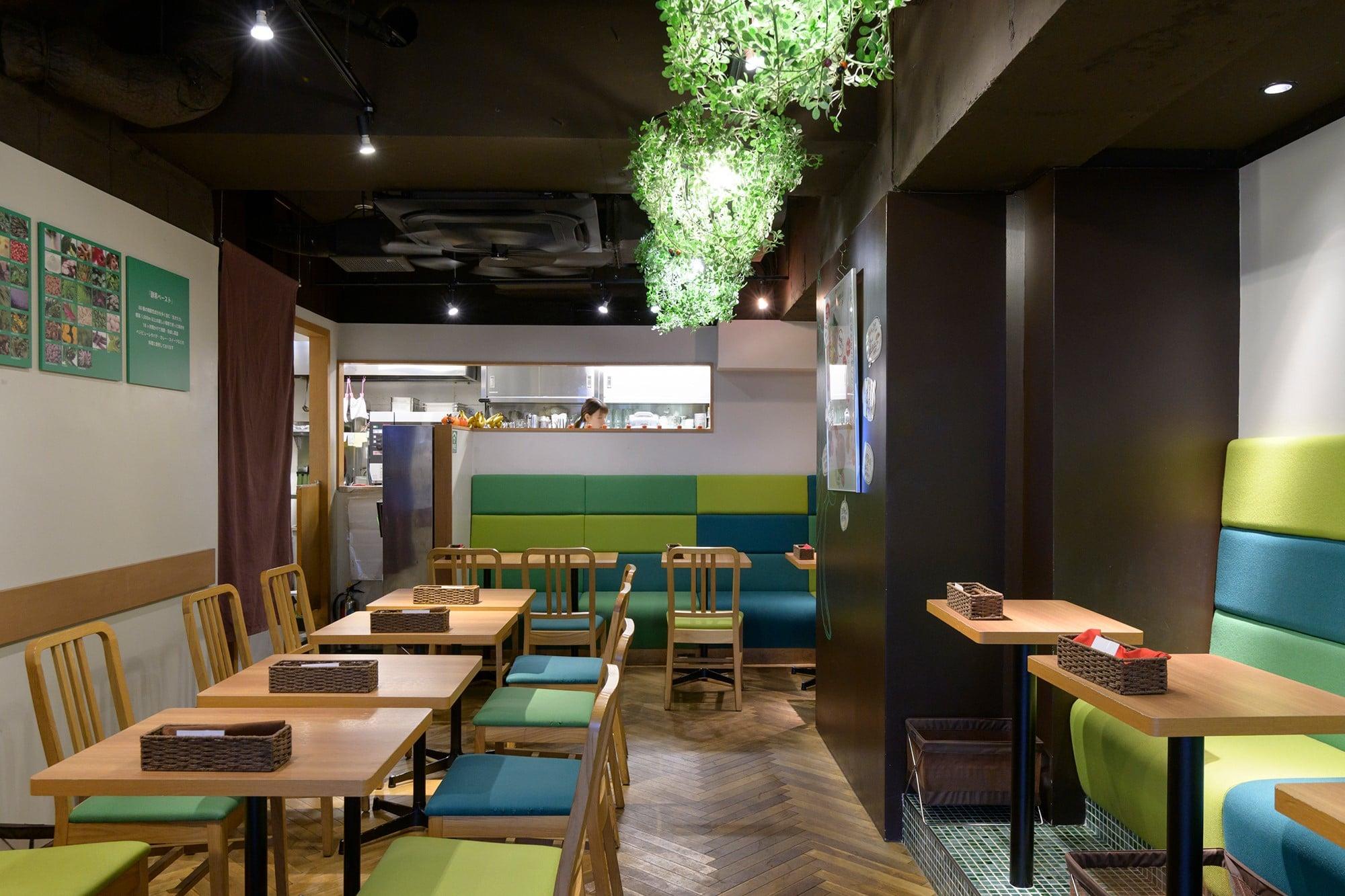 木製のテーブルとイス、グリーンとブルーのナチュラルカラーでまとめられた店内。