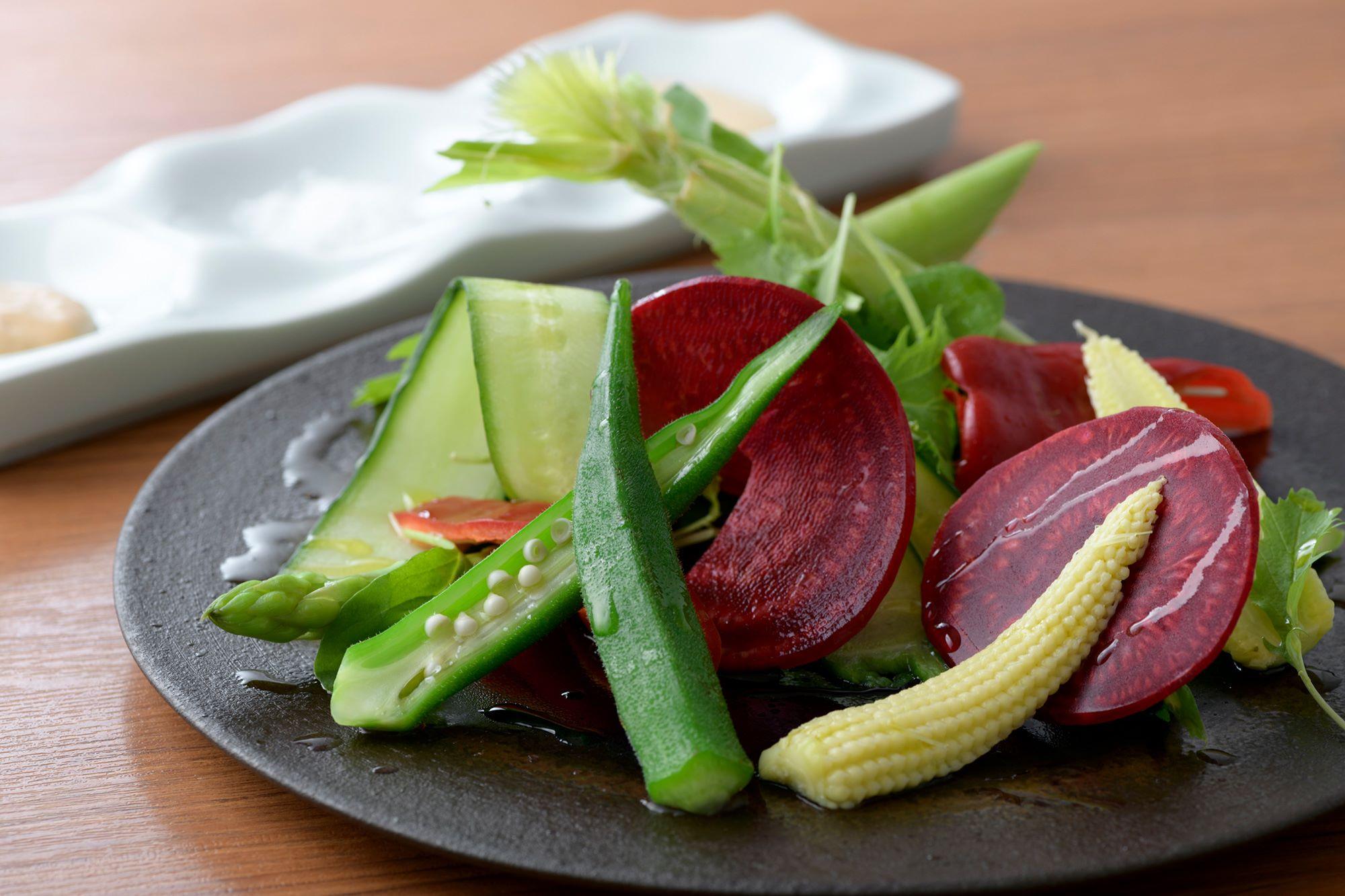 新鮮さが手に取るようにわかるみずみずしい野菜のサラダ。