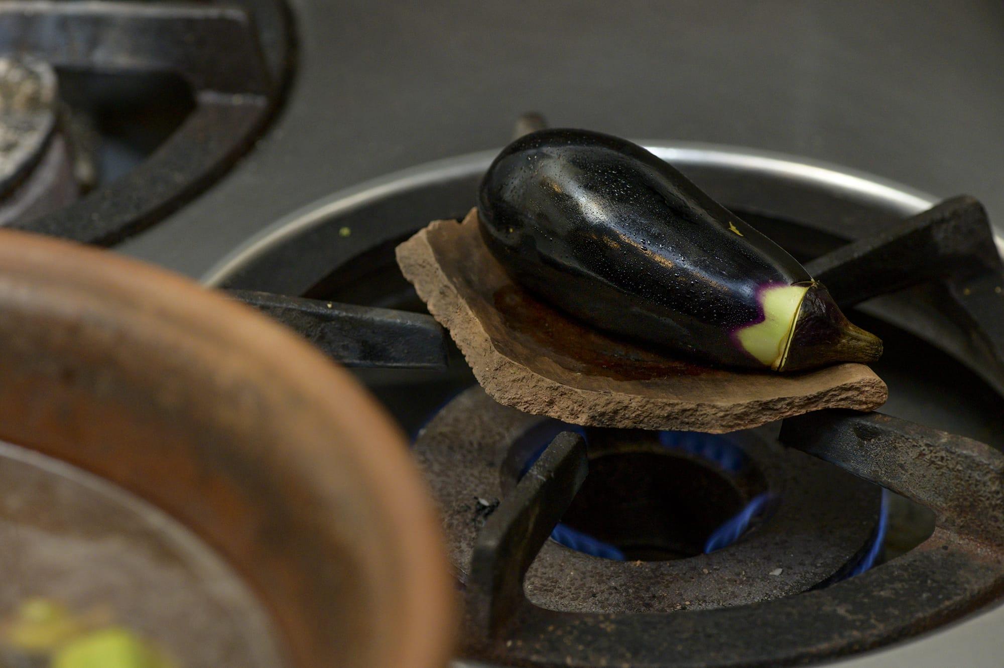 土器を使ってじっくりと火を通したナスは皮と身が一体化して丸ごと食べられる。