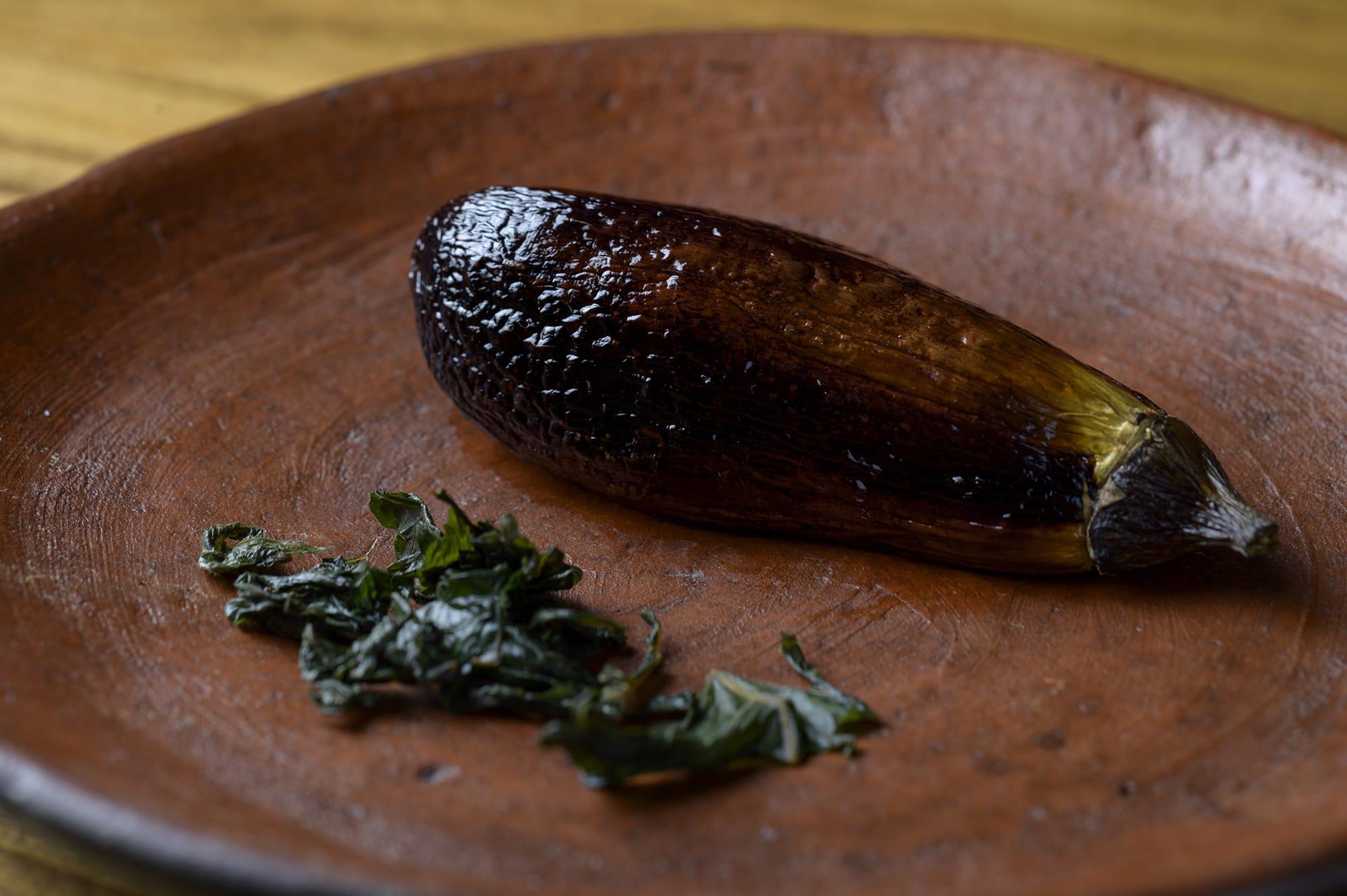 いつも通っている埼玉県内の農家から仕入れたナスは、生でも食べられる最高傑作だという。