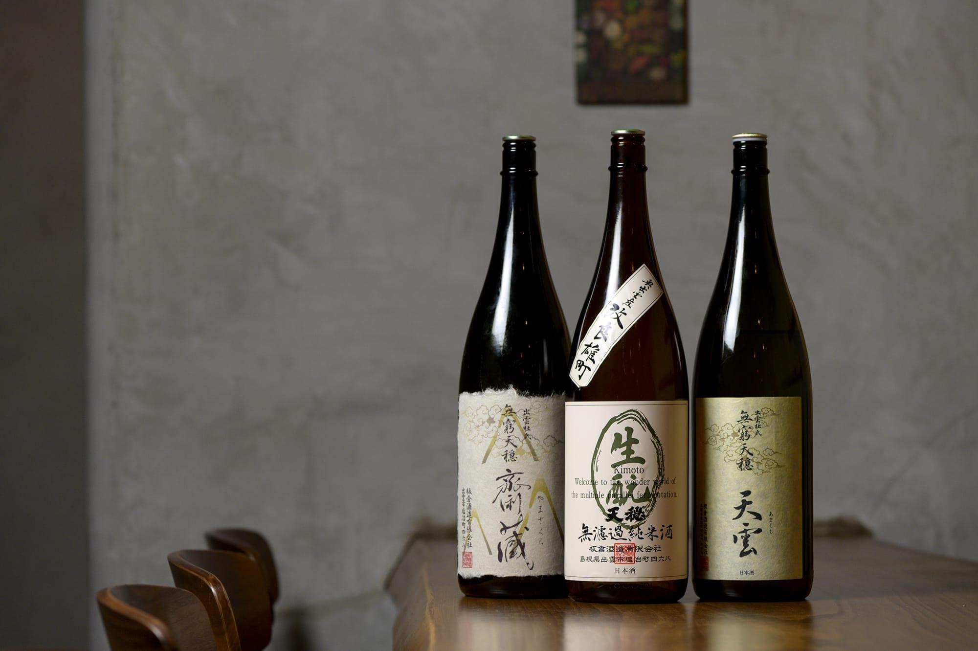 日本酒は島根県出雲市の板倉酒造の純米造り「天穏」で揃えている。