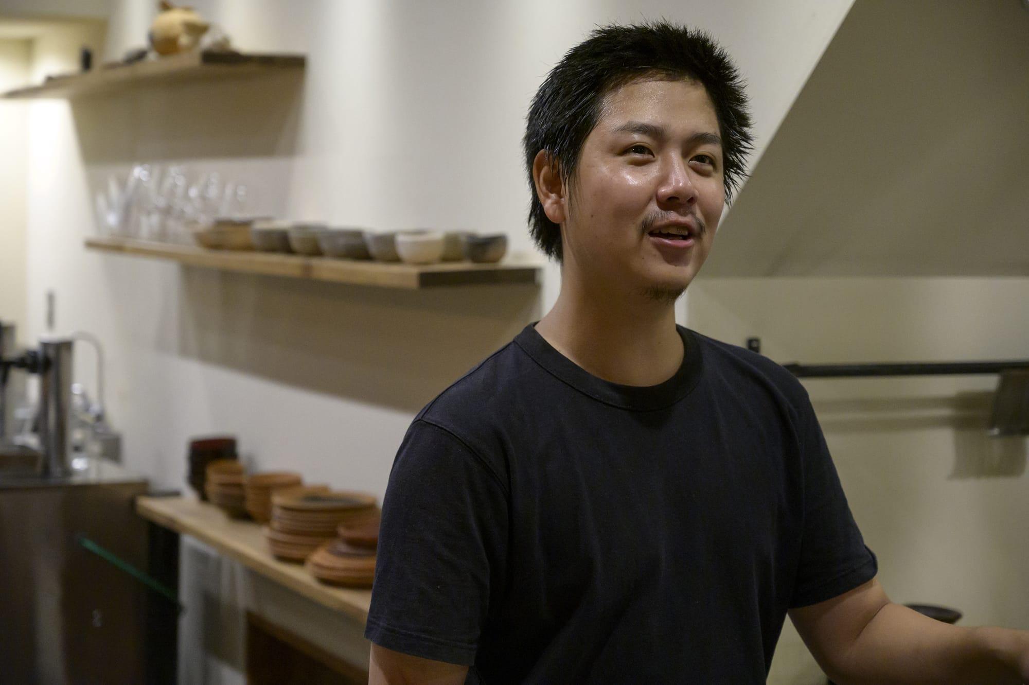 若くして独自の世界を作り上げ、食への想いがどこまでも熱い店主の嶋田寛元。