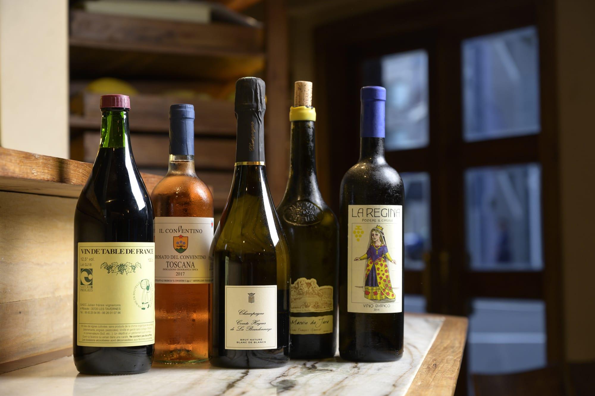 ソムリエでもある夫人の村上みひろのセレクションは、トスカーナやシャンパーニュなど、多彩な産地のビオワイン。