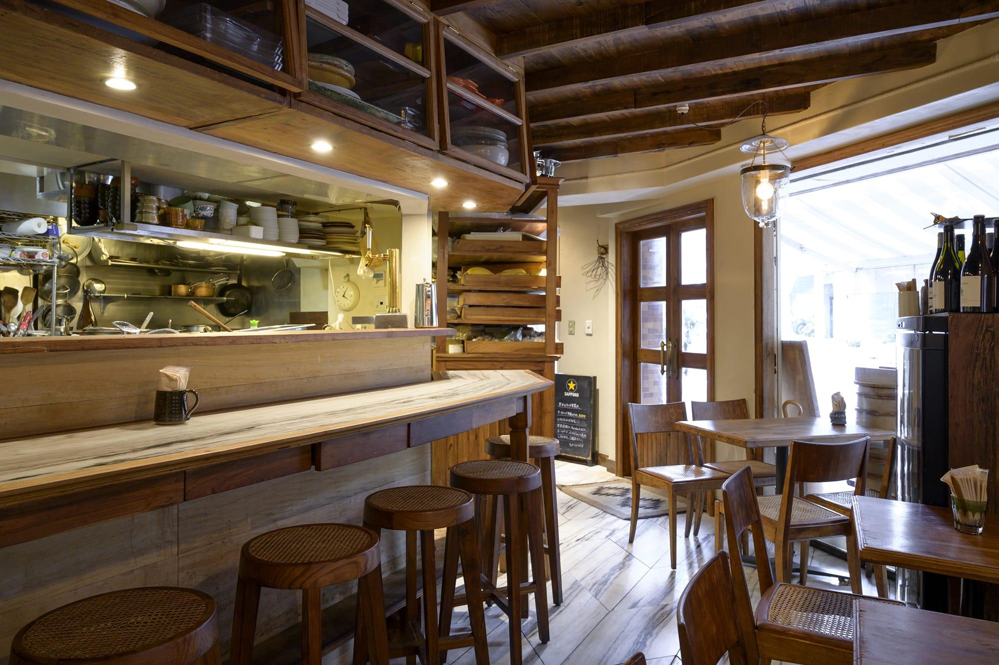 店内で使われている木材は数百年前のチーク無垢材。床は大理石、壁は砂壁で、職人にたのまず、DIYで作り上げた。
