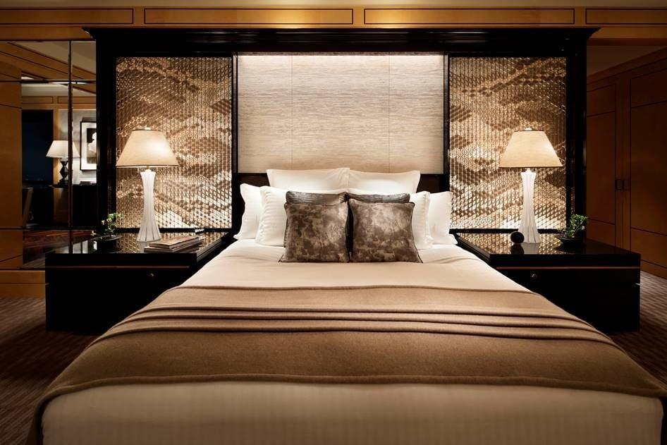 ザ・リッツ・カールトン東京のプレジデンシャル スイートの寝室の壁には「細尾」の西陣織が使用されている。