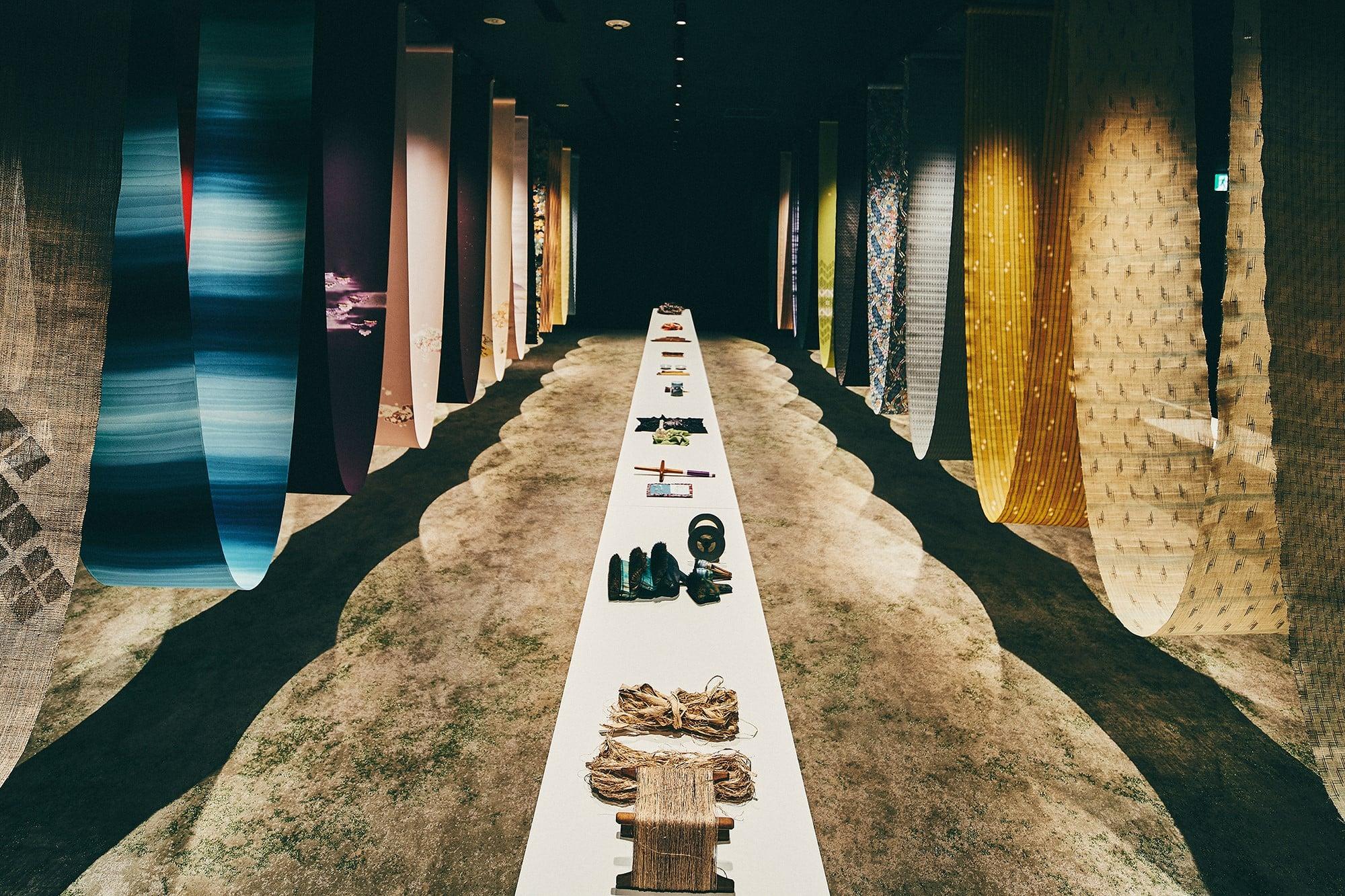 2階ギャラリーで開催されている「THE STORY OF JAPANESE TEXTILES―日本の美しい布―」の様子。12月14日まで開催。