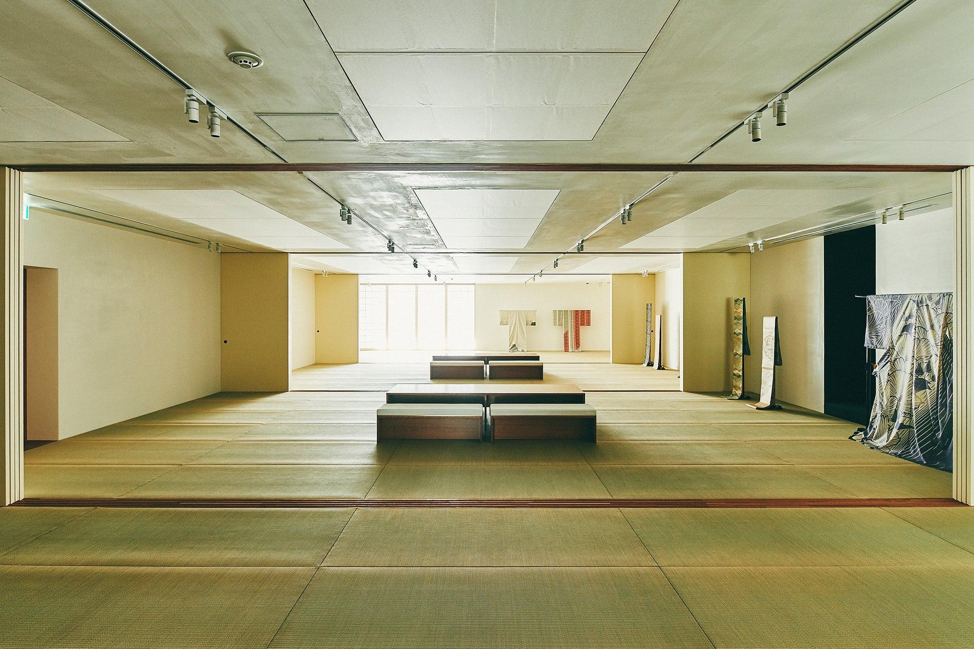 壁面収納とデジタル管理で膨大な着物コレクションが収納されている3階。