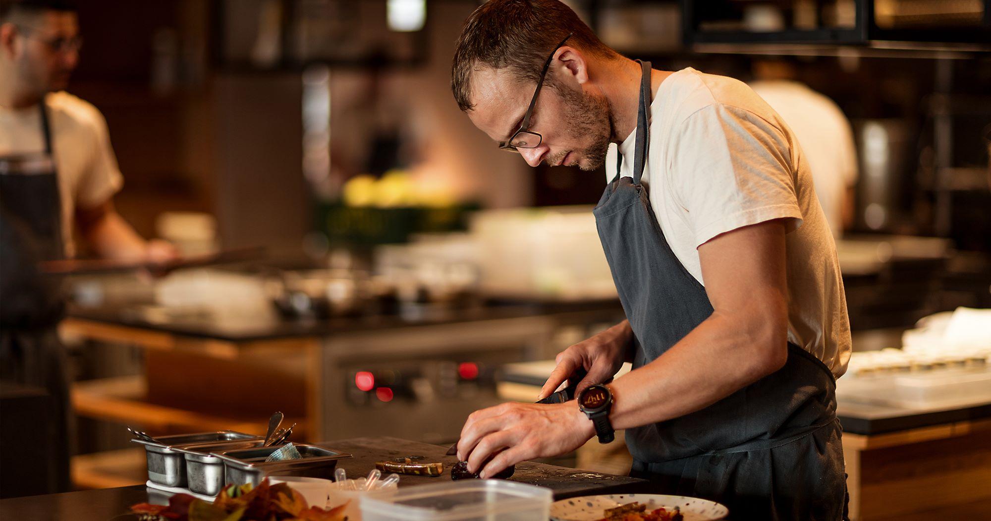 ヘッドシェフを務めるトーマス・フレベル。ドイツ出身で、伝統的な郷土の食文化の中で育った。