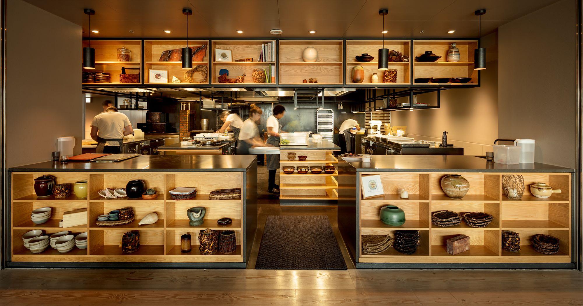 多くのシェフが立ち働くオープンキッチン。親しげな雰囲気が漂い、ダイニング空間から眺めるのも楽しい。