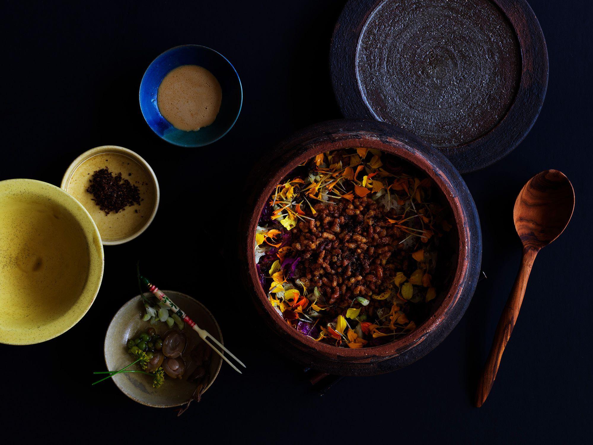 INUAの料理の中でも最も印象的だったと語る人の多い、蜂の子をのせたご飯。Photography Jason Loucas