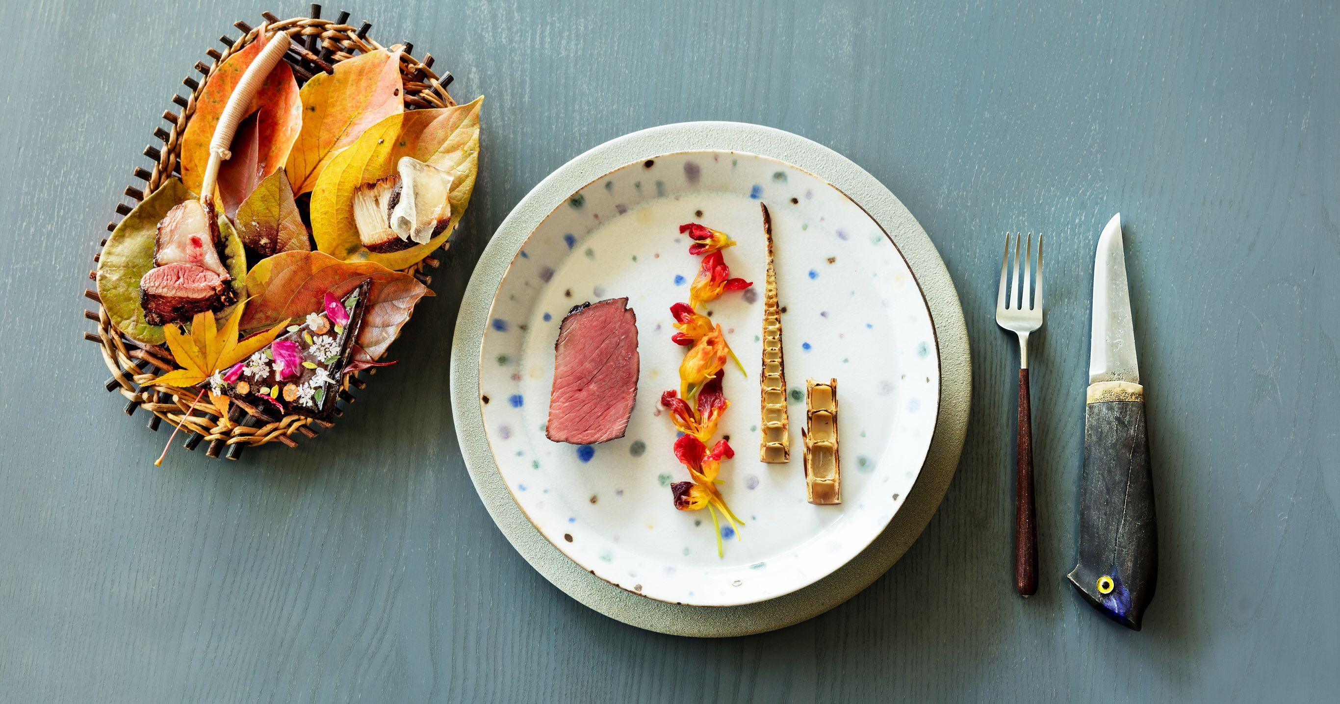 北海道産の鹿肉を2週間熟成させ、焼酎の麹で風味をつけて燻製した後、炭火でグリルした料理。ナスタチウムの花のキムチと高知産の四方竹をあわせて。