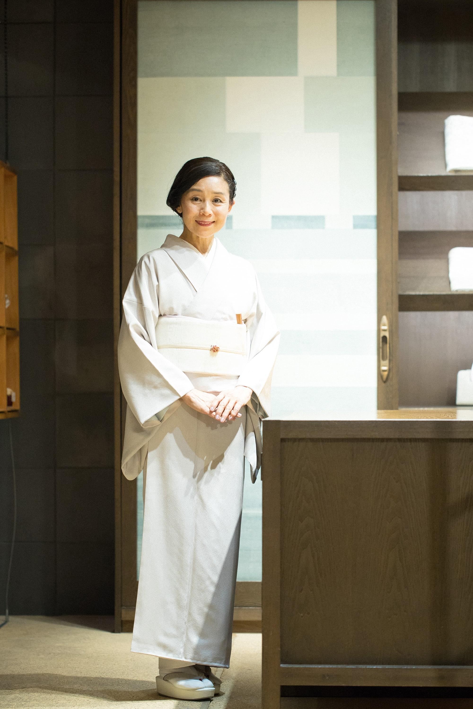 白を基調にした上品な着こなしで。自分の好みで染めたきものは、プラチナボーイの個性である輝きとしなやかさを生かし、ごく淡いラヴェンダー色の縞に染めている。帯は京都の千藤のもの。
