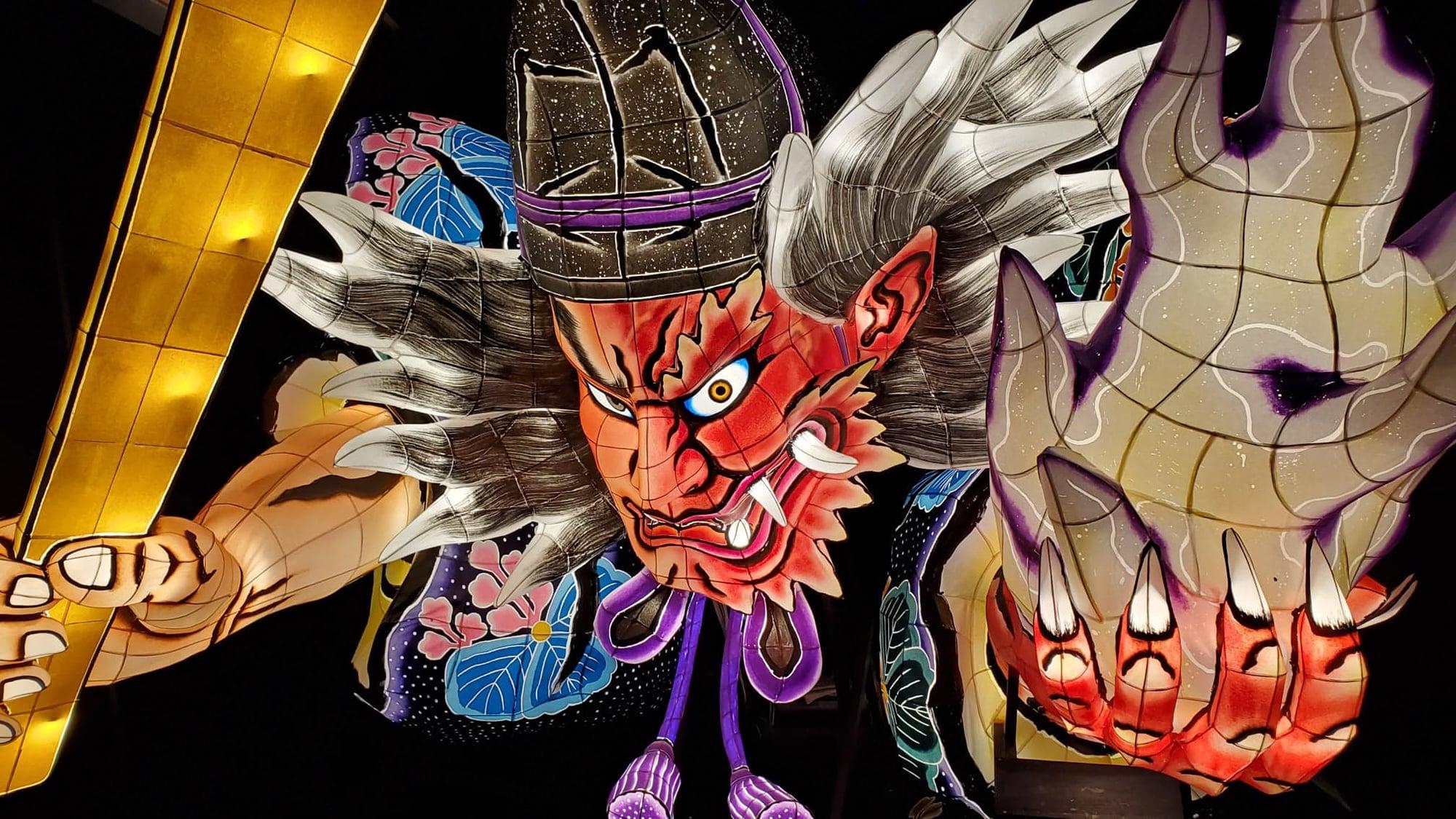 ねぶた師の北村春一(青森県)の迫力ある作品に、光演出のデザインを手掛ける西条信広氏が息を吹き込む。 観客の選択によって変わるストーリーの結末にも注目。