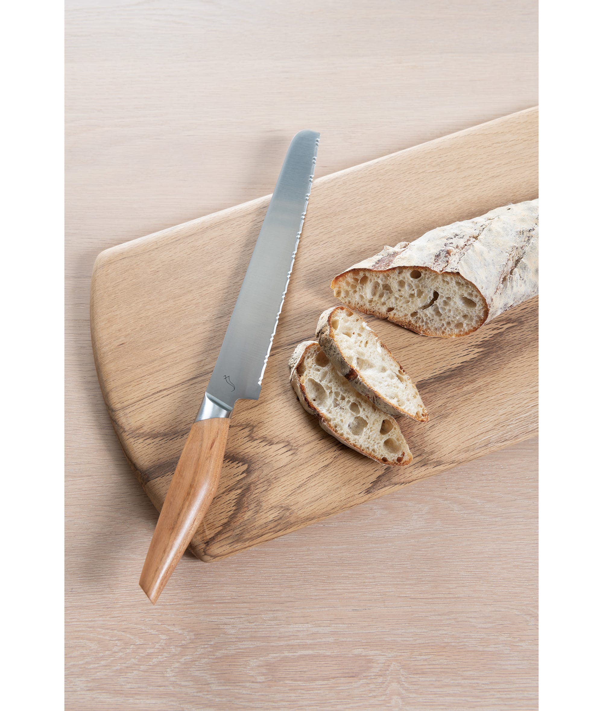 パン切り包丁は独自の大小のギザ刃を交互に組み合わせることで、どのようなパンでも簡単に美しく切ることができる。