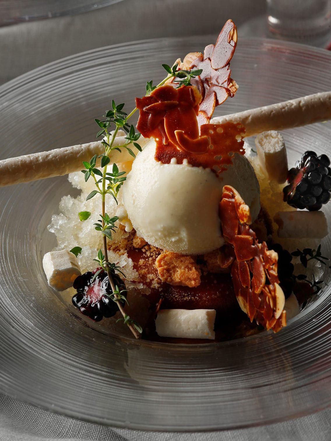 ウェスティンホテル東京の「Winter Parfaitウィンターパフェ」から、国産リンゴのタタンにカルヴァドスが香る「キャラメルポム」(2,400円・税サ別)