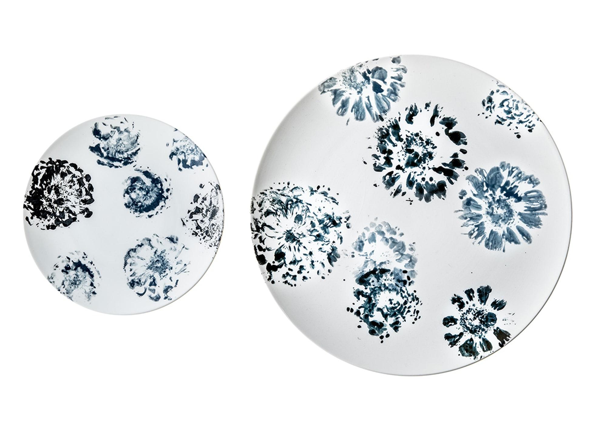 直径27㎝の「ジニアプレート 大」はディナープレートに、直径16.3㎝の「ジニアプレート 小」はデザートプレートに最適。