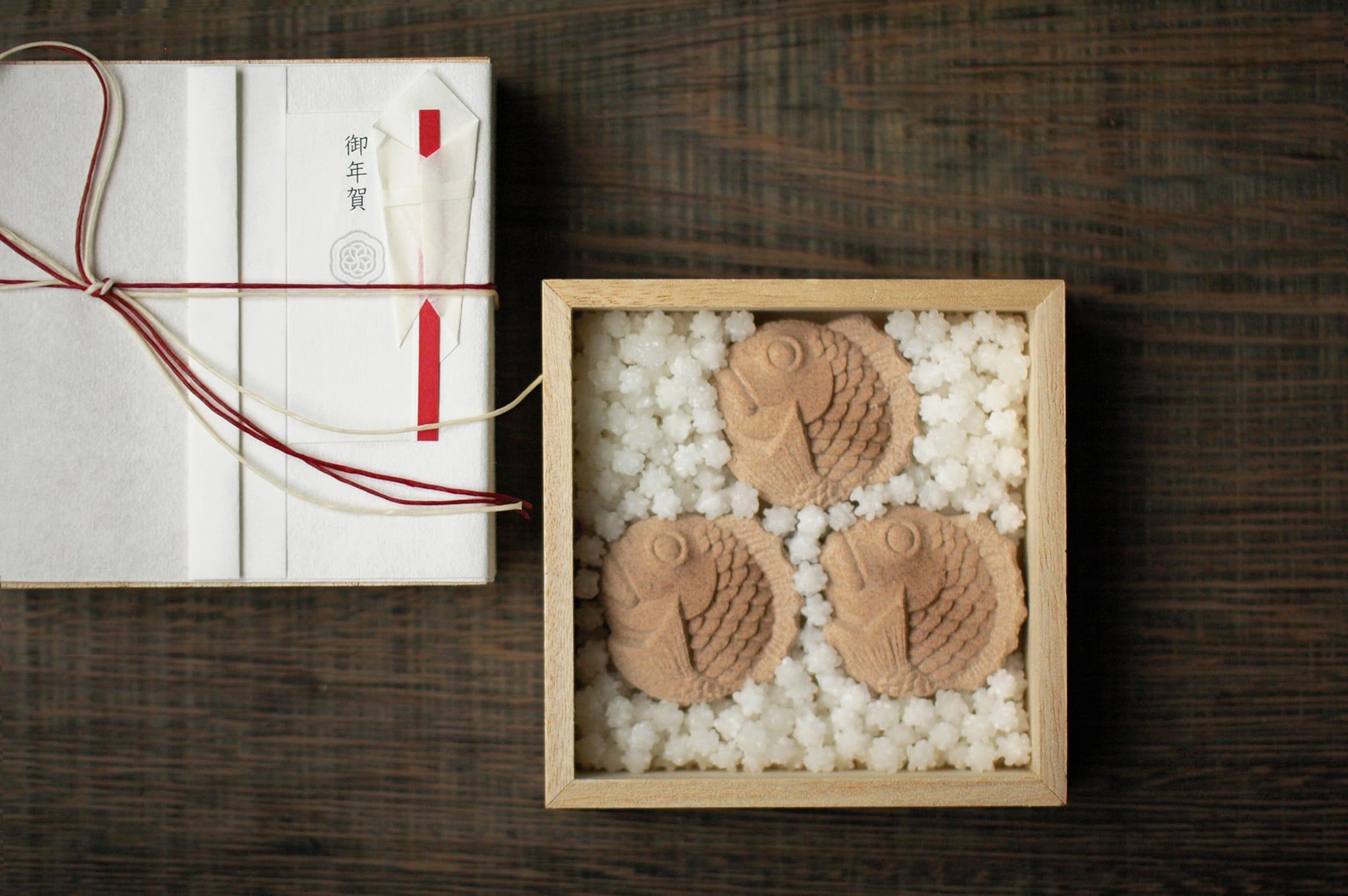上品な甘さのこしあんをしっとり包んだ「鯛の生落雁」2,592円(税込)。金平糖と共に桐箱に詰めて。
