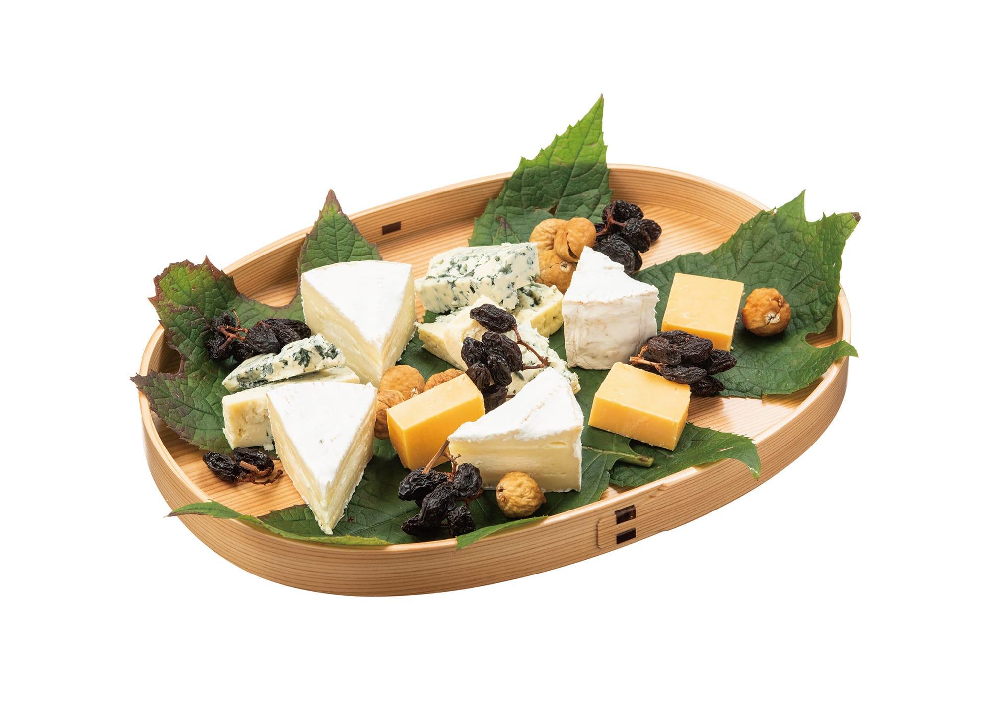 小判形盆にチーズやドライフルーツをのせて。同じ盆でも使い方次第で違う表情を見せる。