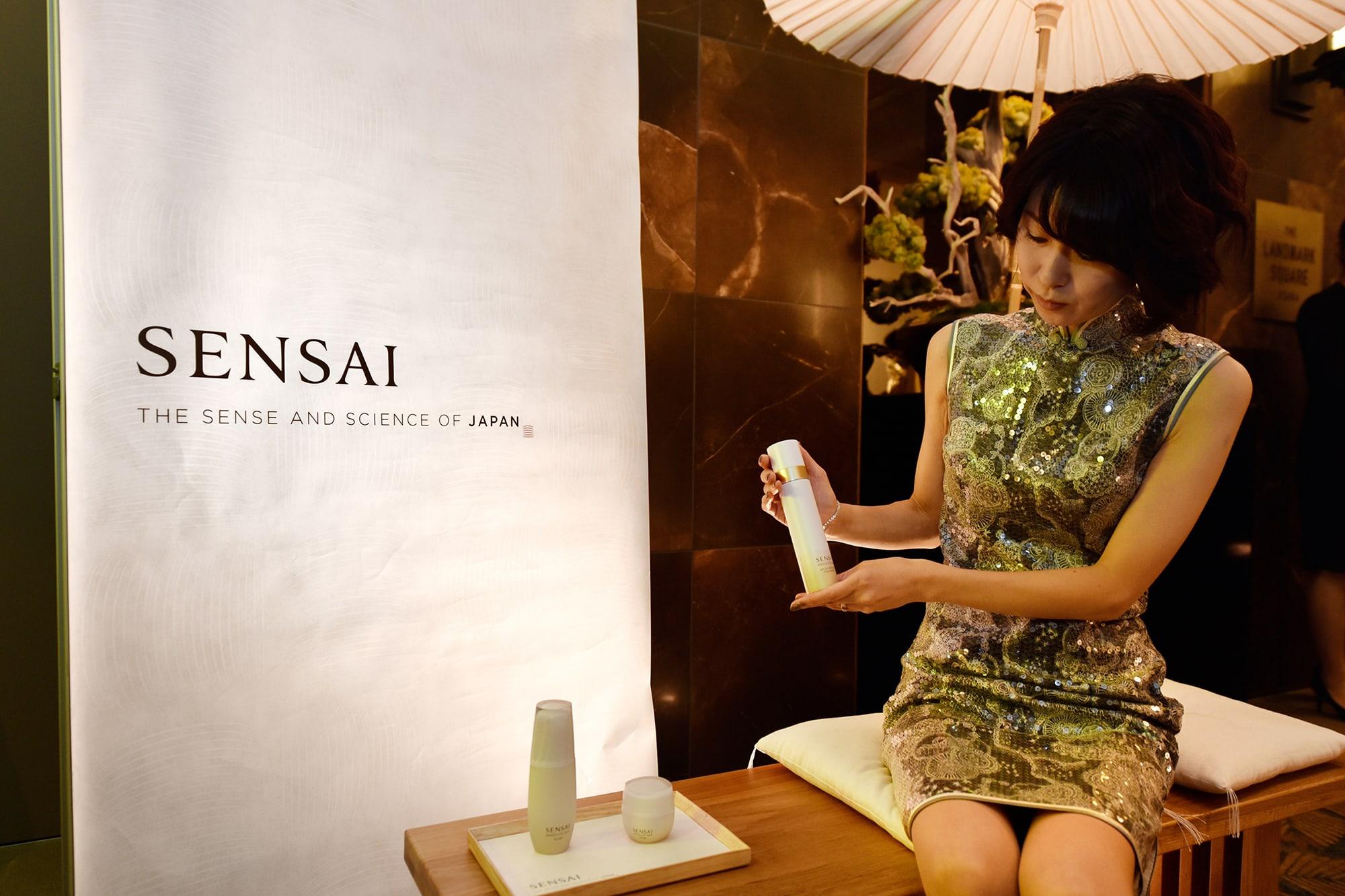 海外からのゲストも「SENSAI」特別ブースに立ち寄り、手に取っていた。