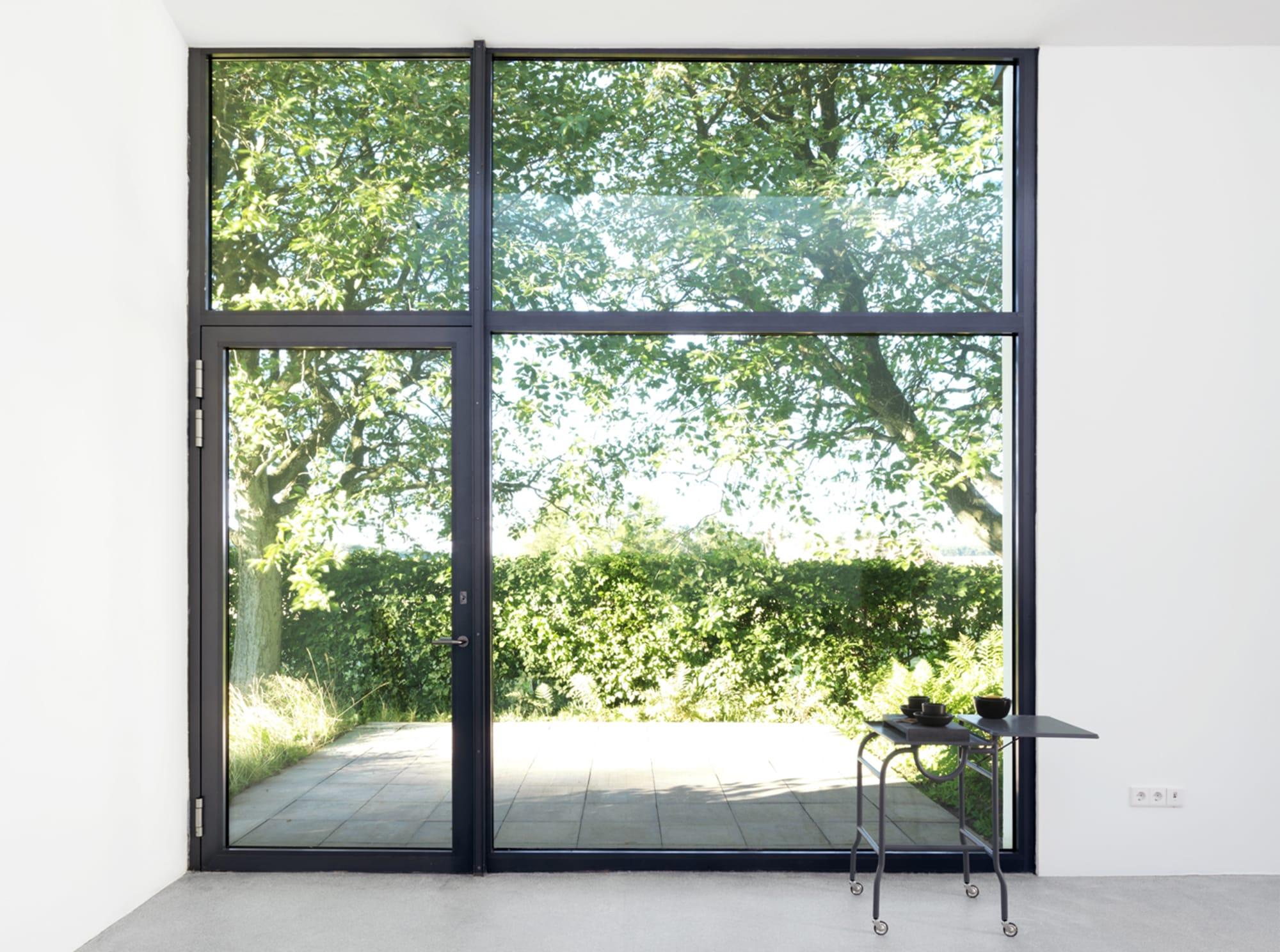 工房の大きな窓からは美しい緑が見える。