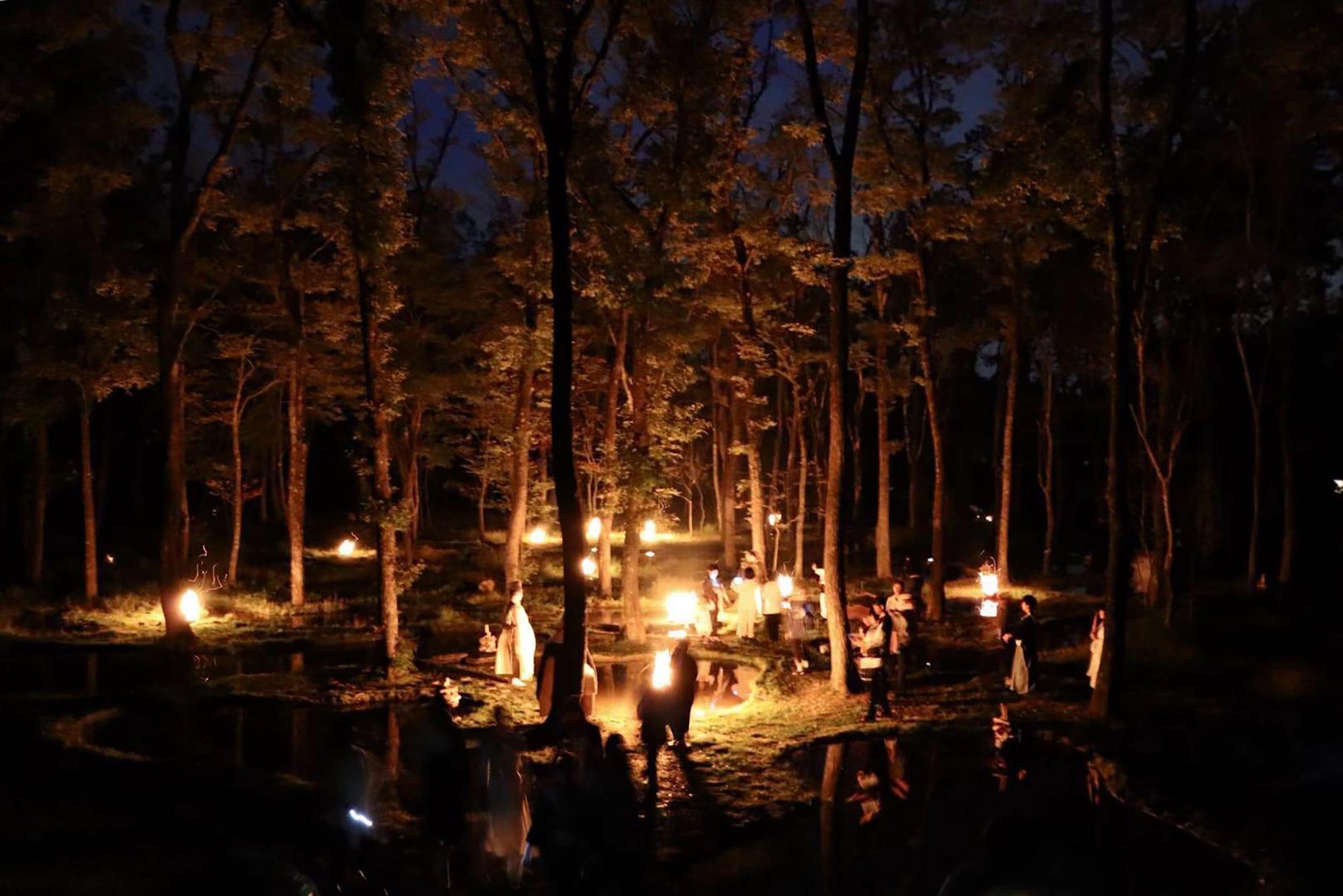 「水庭と空和」アートナイトイベント・インスタレーション。2019年10月に開催された「山のシューレ」では、夜の水庭で能楽師、安田登が舞を披露した。このために制作した近藤の作品(大蔵寂土水火盤)に火を灯した。