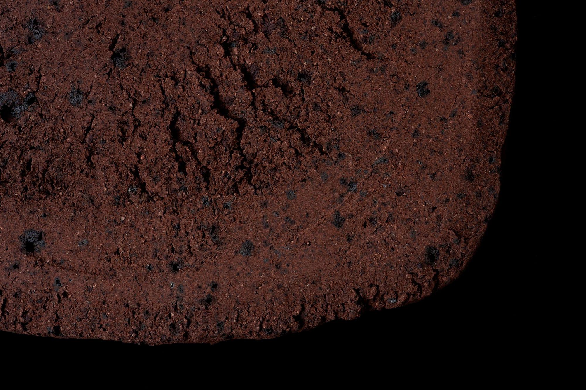石がそのまま風化した土は、荒く亀裂を帯び2000万年の時を刻む。大蔵山寂土陶板。2019年制作。ギャラリー册にて展示。 Photography by Ikeda Yuichi