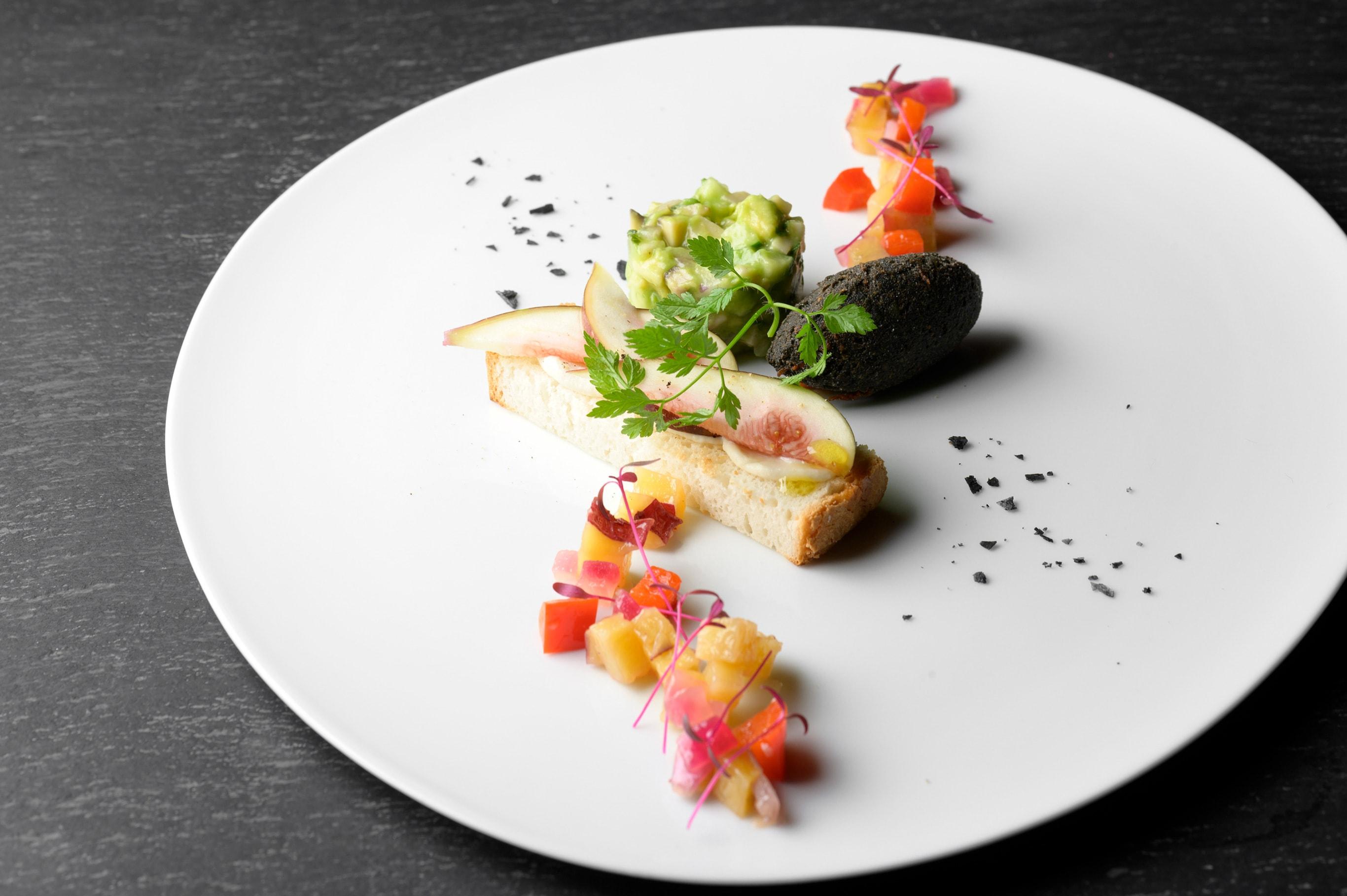 ヴィーガン料理とは気がつかないほど美しい彩りと豊かな味わいが「エイタブリッシュ」の特徴だ。