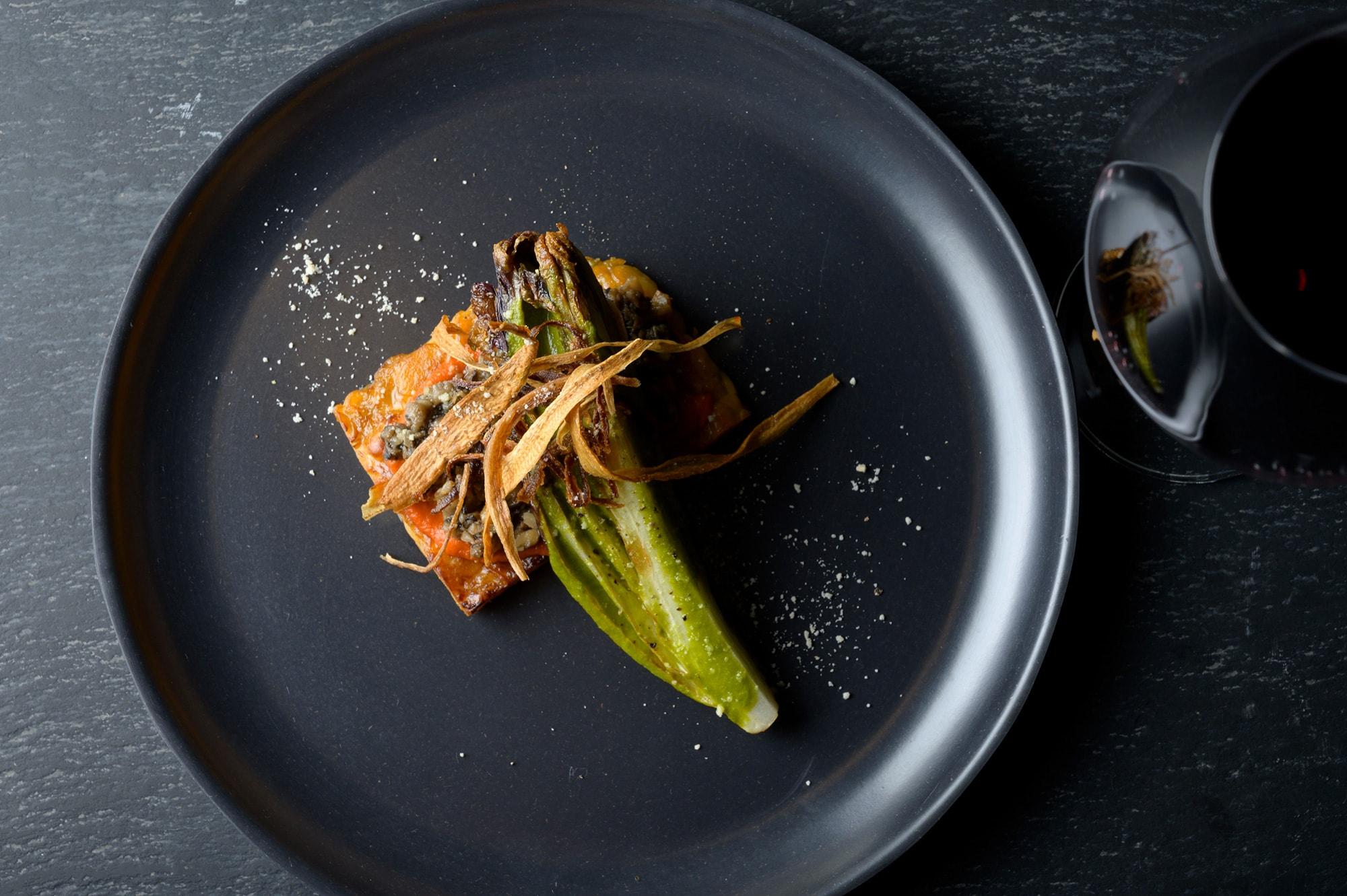 インドネシア発祥のテンペ菌で大豆を発酵させた食品「テンペ」を使った一皿。